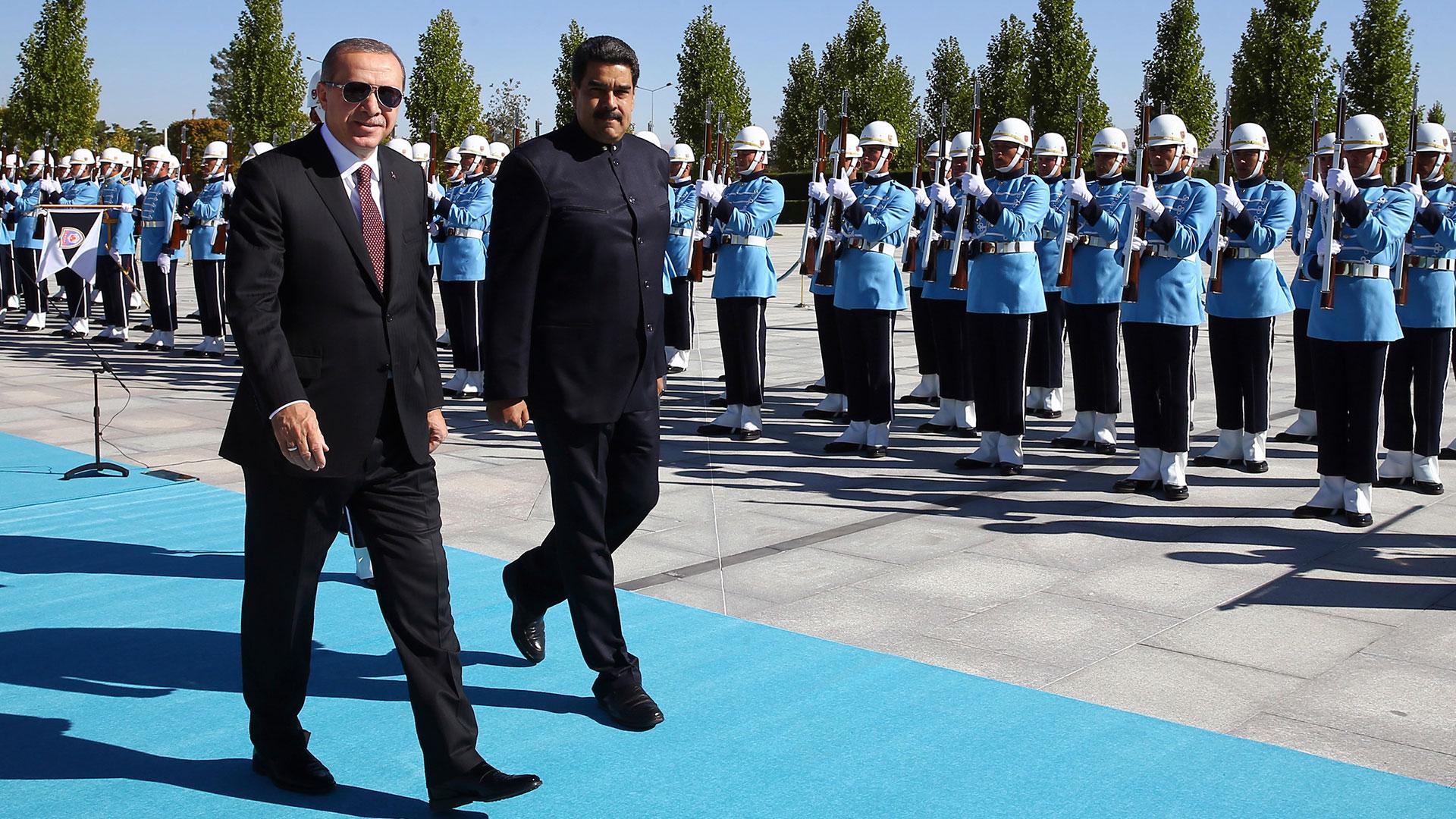 Nicolas Maduroviajó a Turquía en octubre de 2017 y fue recibido por Recep Tayyip Erdogan (AP)