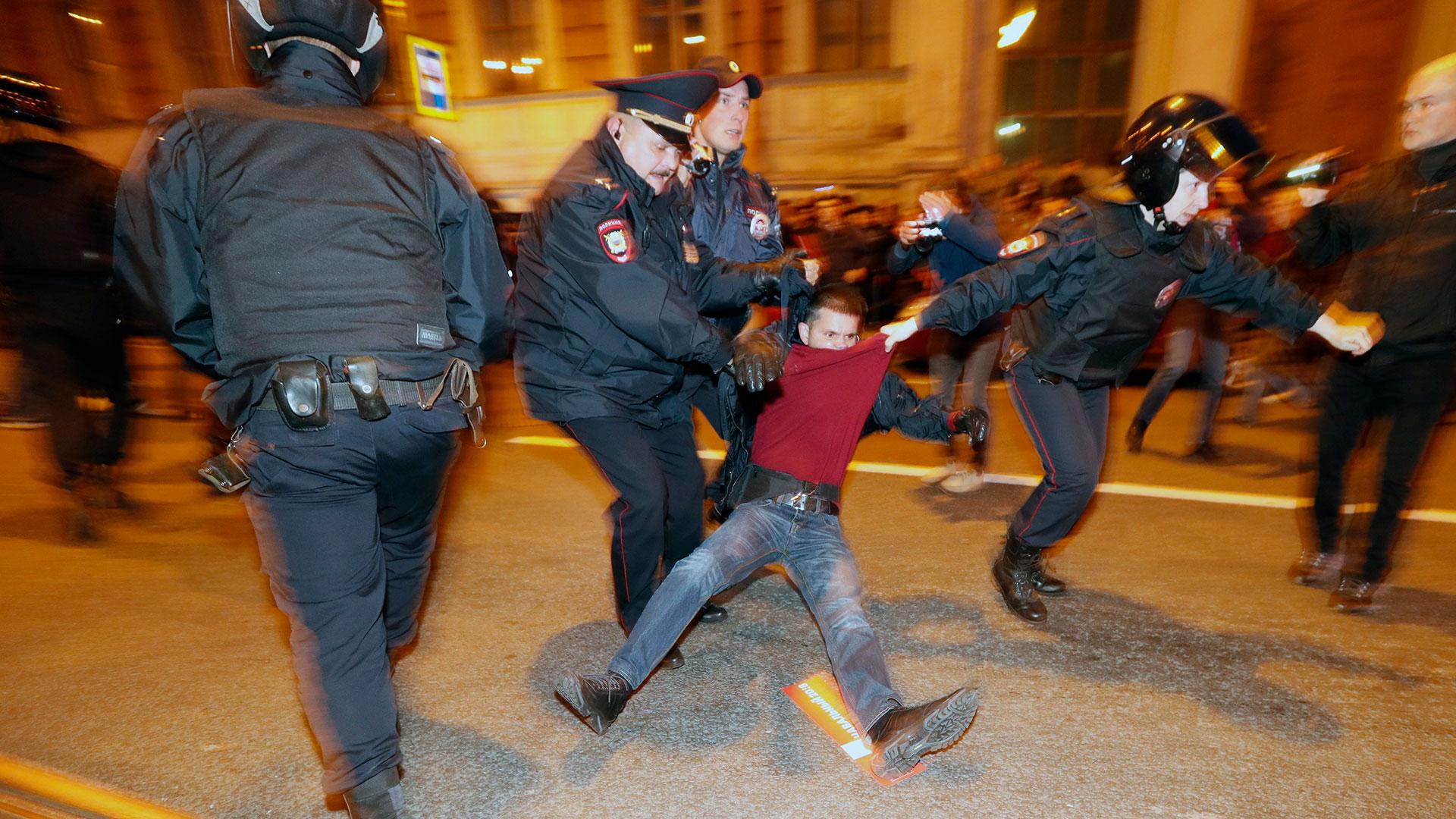 Más de 200 personas fueron detenidas el sábado durante manifestaciones contra Vladimir Putin en Rusia (EFE)