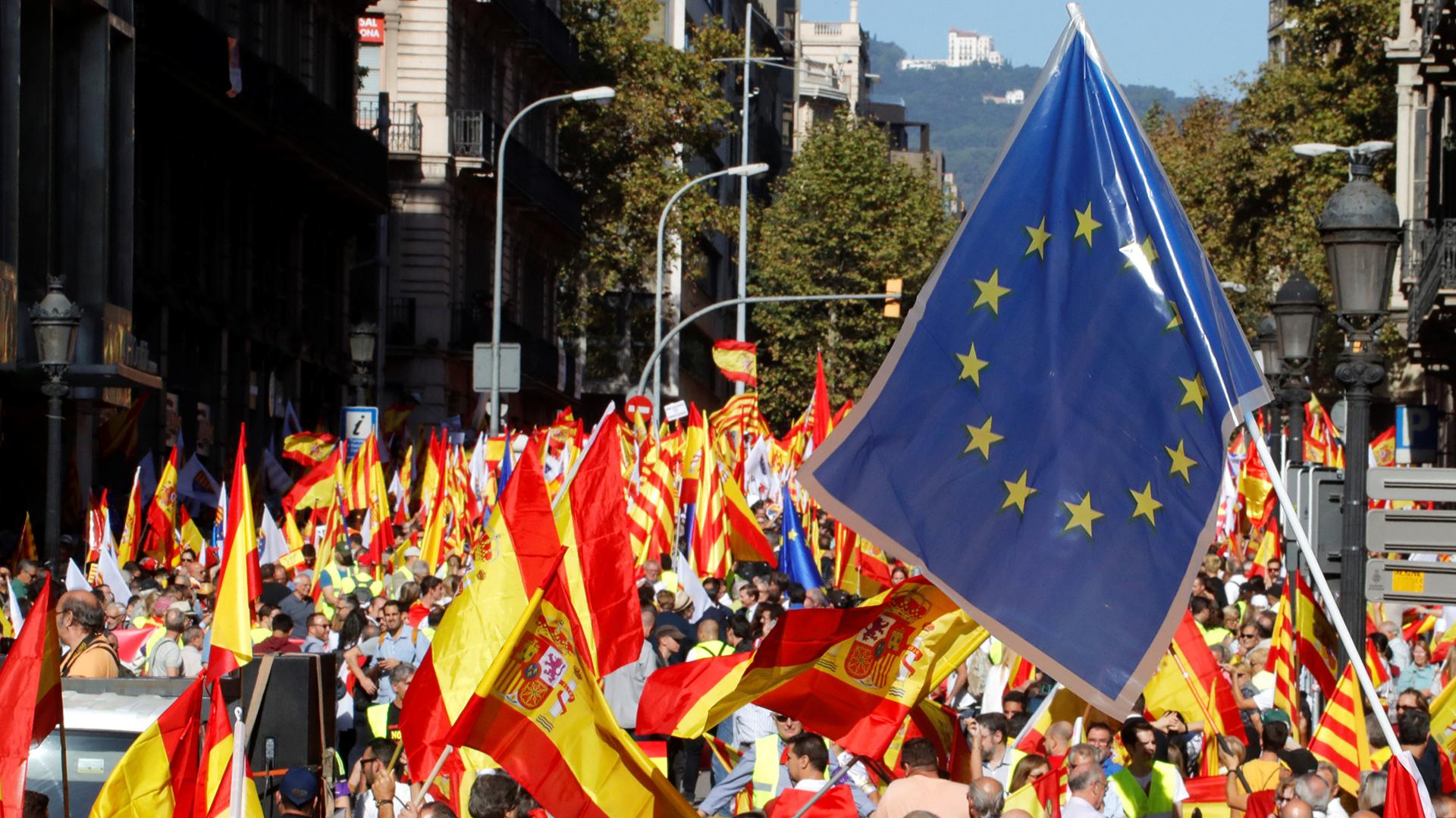 Banderas de la Unión Europea también fueron flameadas por los presentes