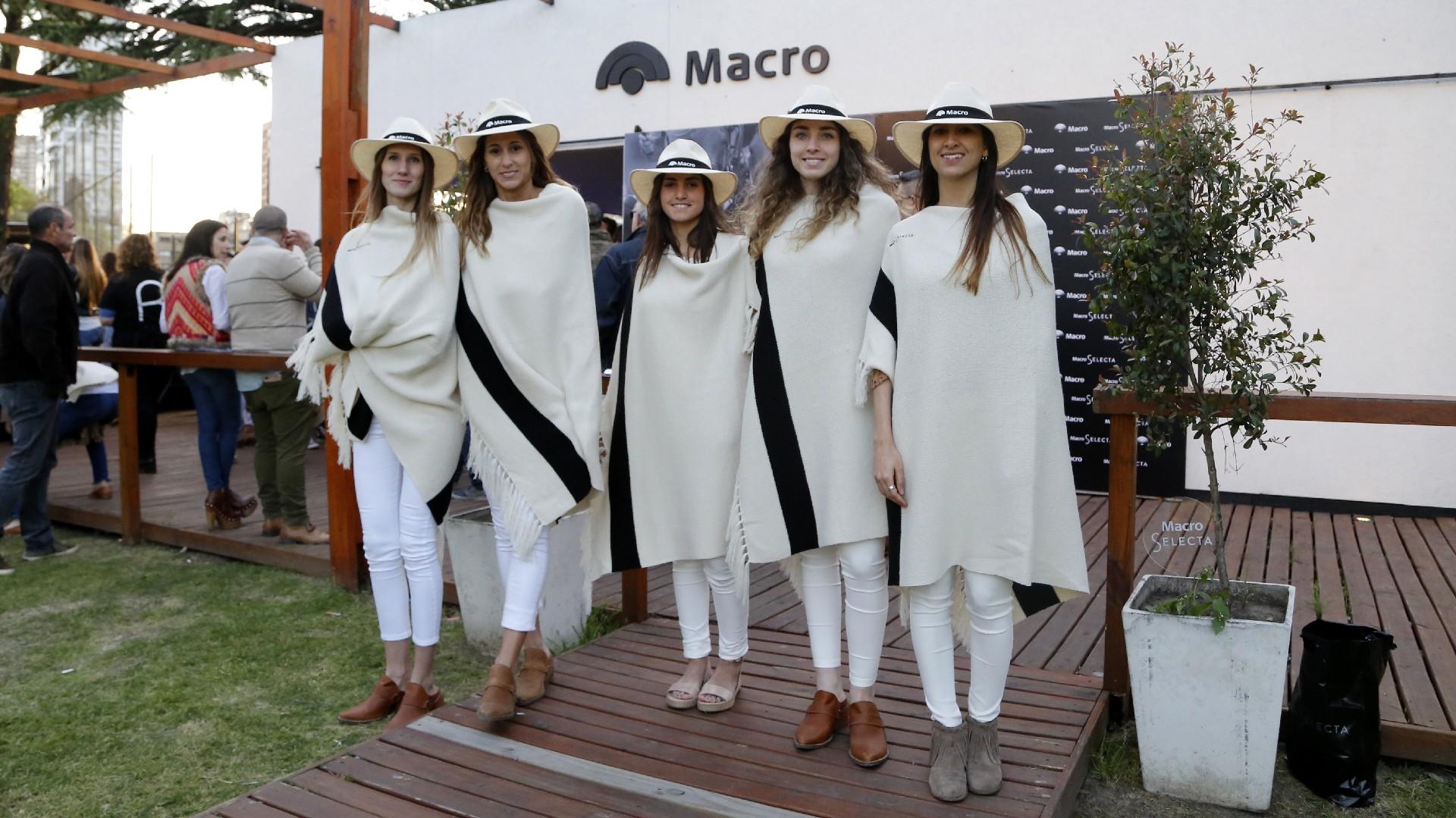 Las promotoras de Macro en al entrada del vip