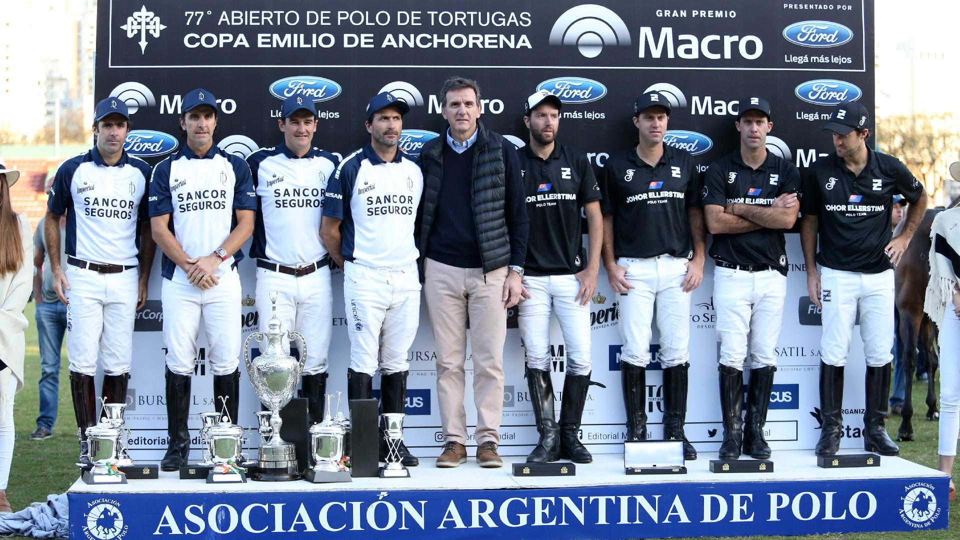 Gustavo Manriquez, gerente general de Banco Macro, junto a los equipos de La Dolfina y Ellerstina en el momento de la entrega del Gran Premio Banco Macro