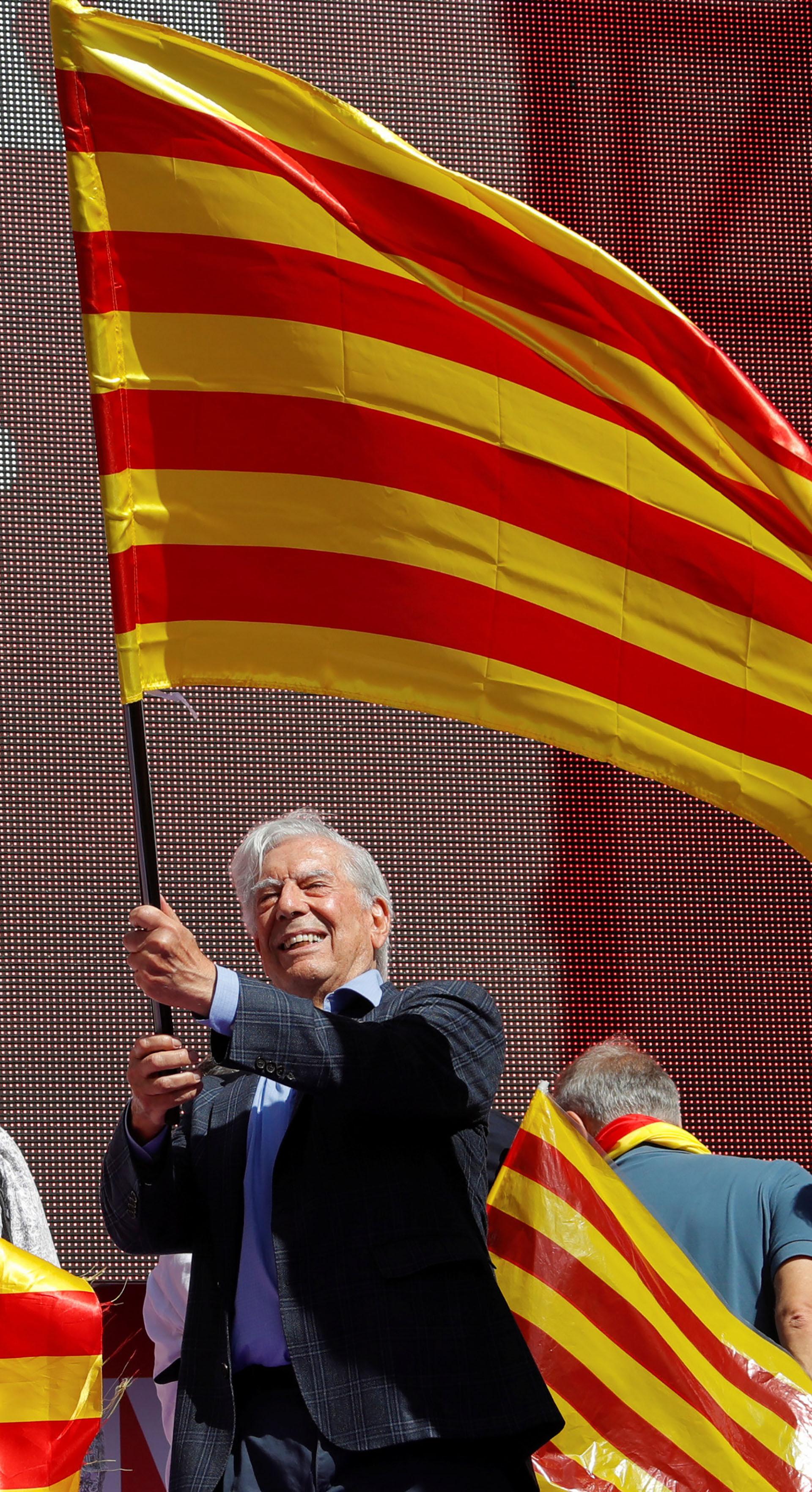 El escritor peruano Mario Vargas Llosa y el expresidente del Parlamento Europeo Josep Borrell pronunciaron discursos delante de la protesta