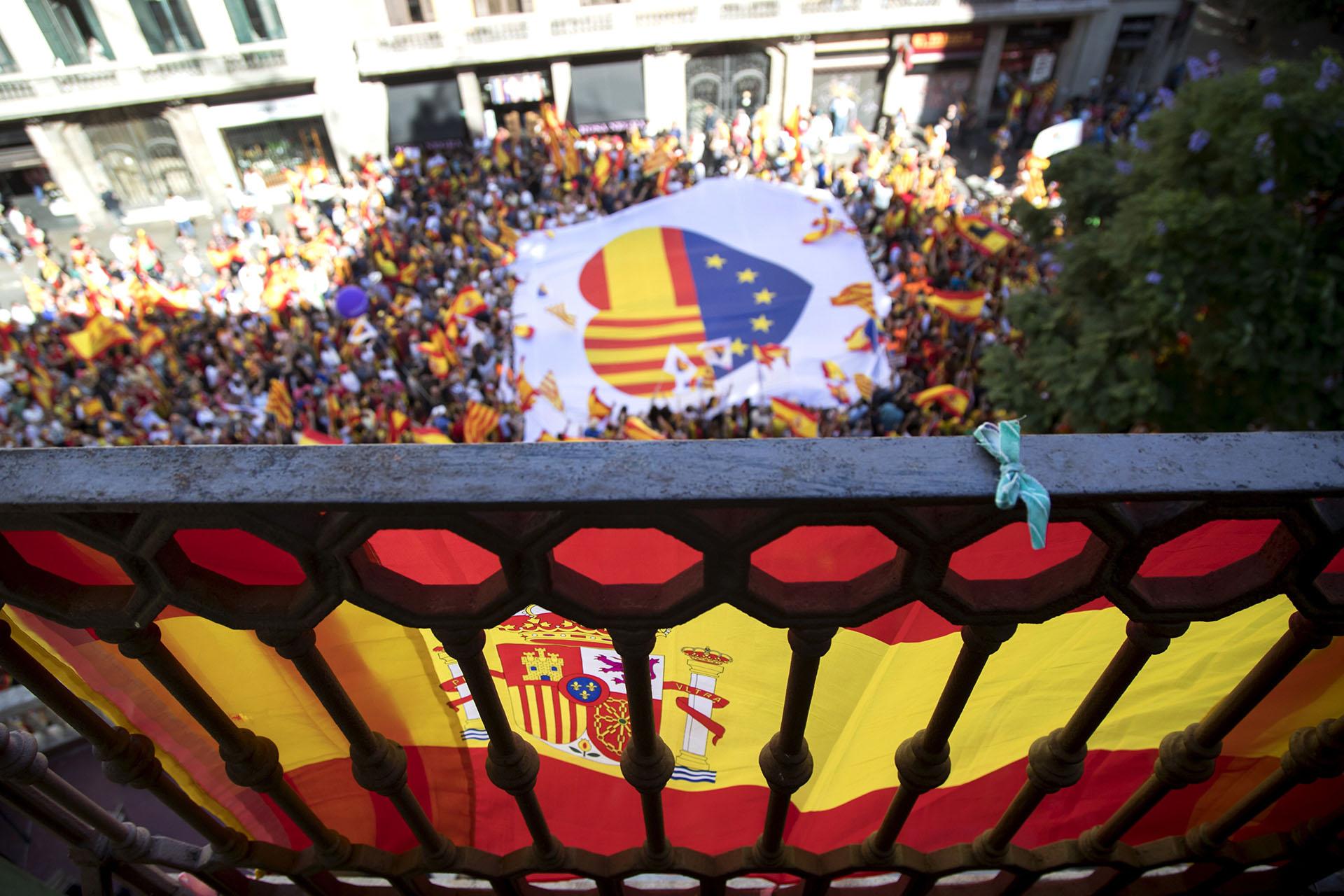 """Vista de la manifestación convocada por Societat Civil Catalana en Barcelona en defensa de la unidad de España bajo el lema """"¡Basta! Recuperemos la sensatez"""" y en la que se han participado miles de personas"""