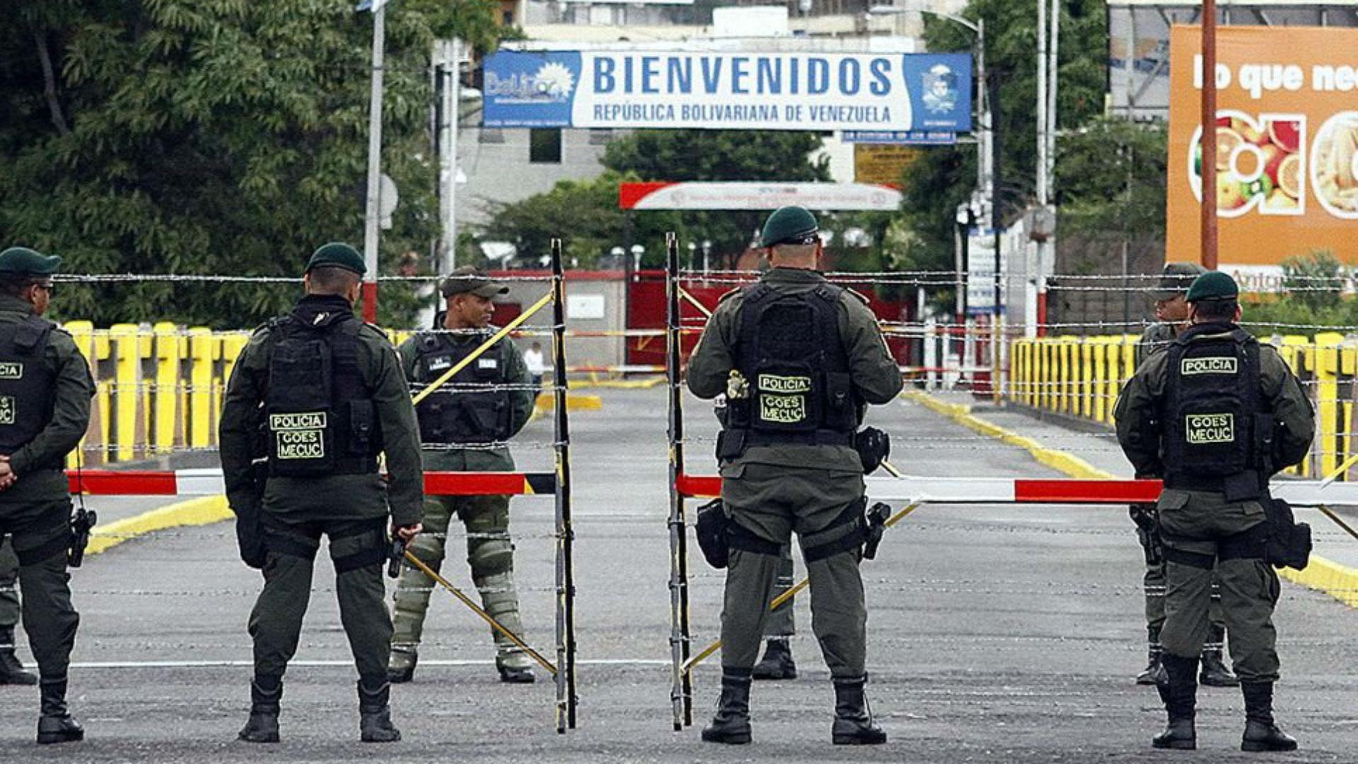 Agentes en el Puente Internacional Simón Bolívar, en la frontera entre Venezuela y Colombia (EFE)