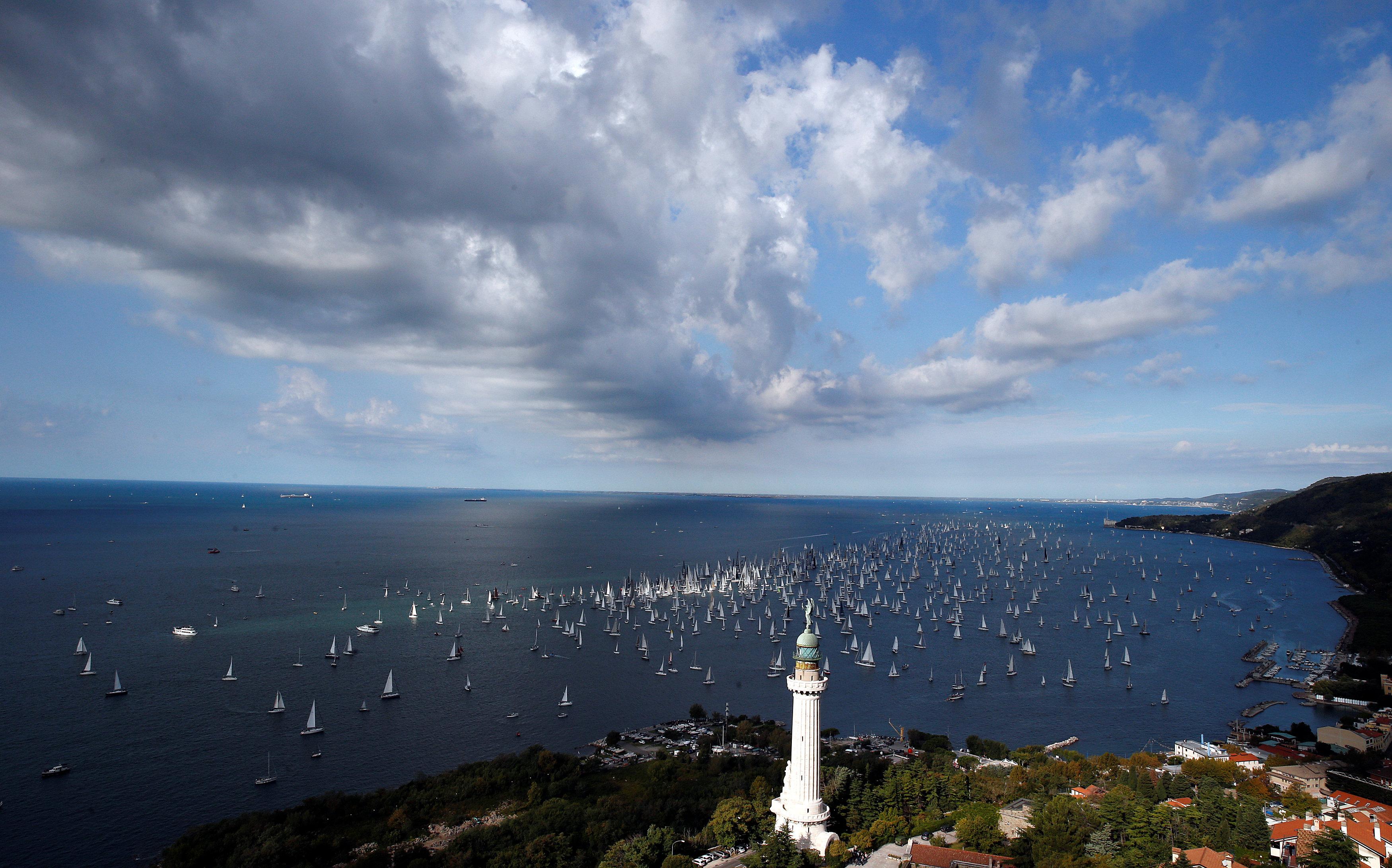 Los barcos vistos desde el Faro della Vittoria antes de la salida de la regata en el golfo de Trieste (Reuters)