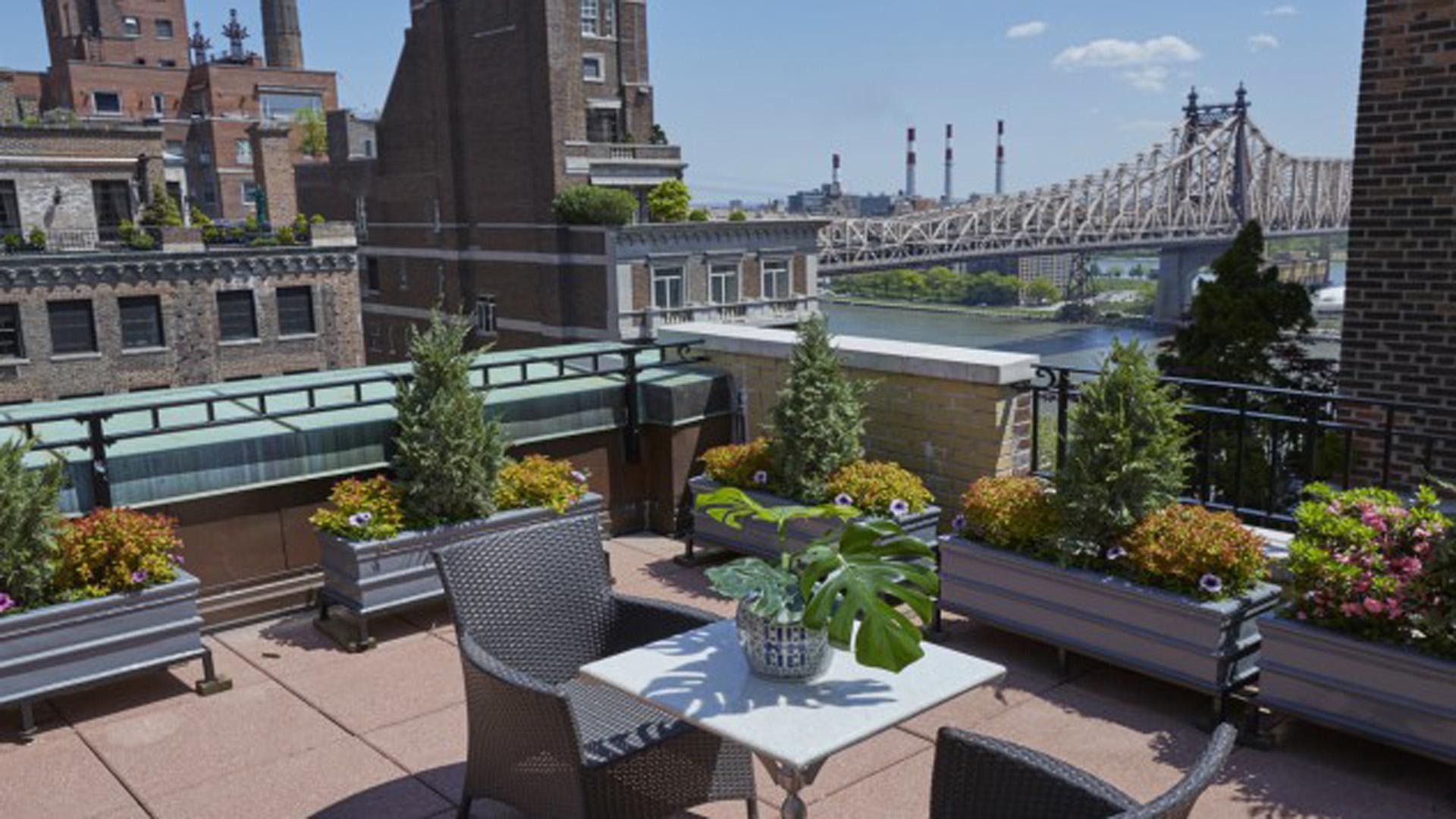 La terraza tiene 230 metros cuadrados y fue lugar de múltiples fiestas y reuniones del mundo de Hollywood (Brown Harris Stevens)