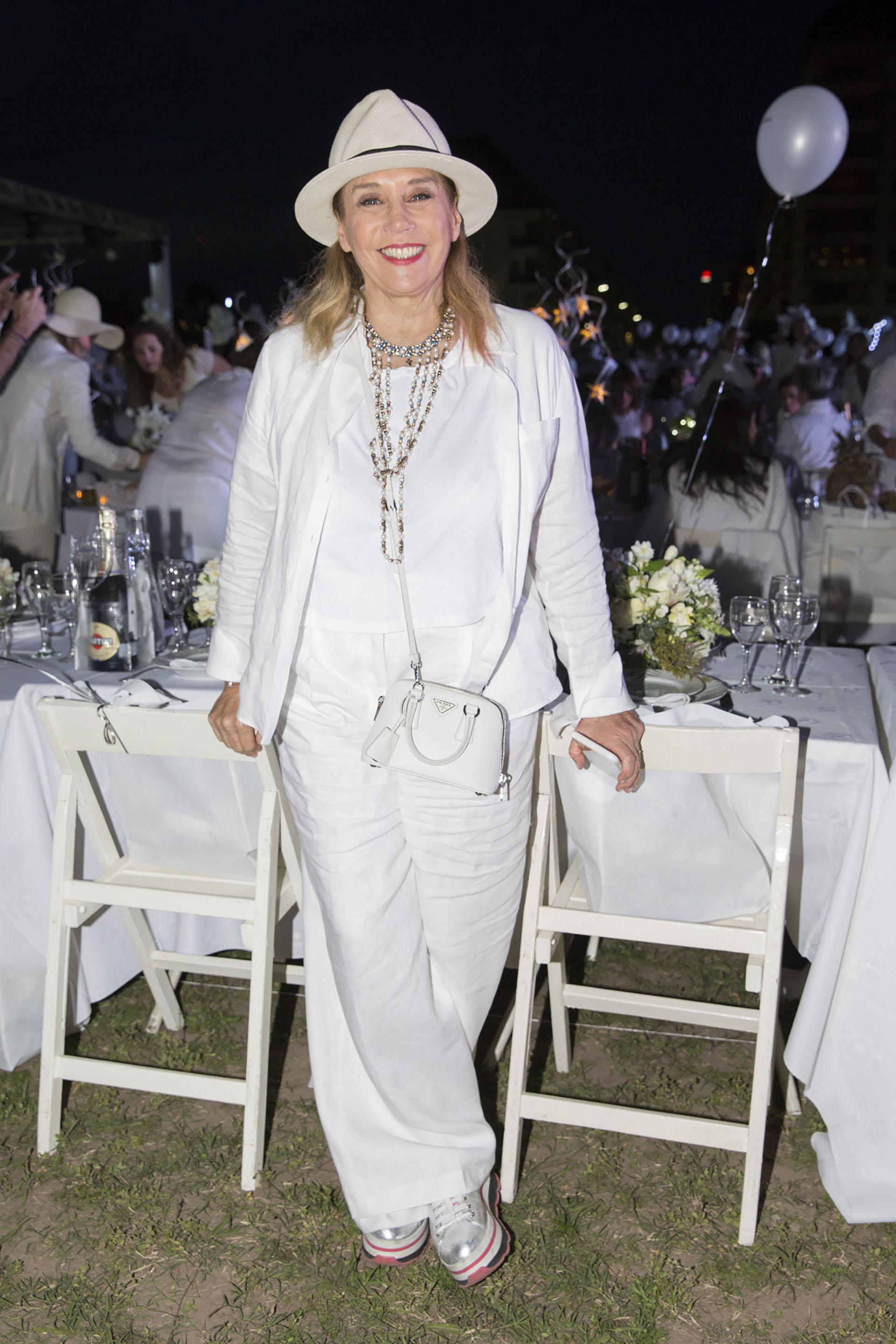 Marcela Tinayre, al igual que todos los invitados, respetó el dress code: total white