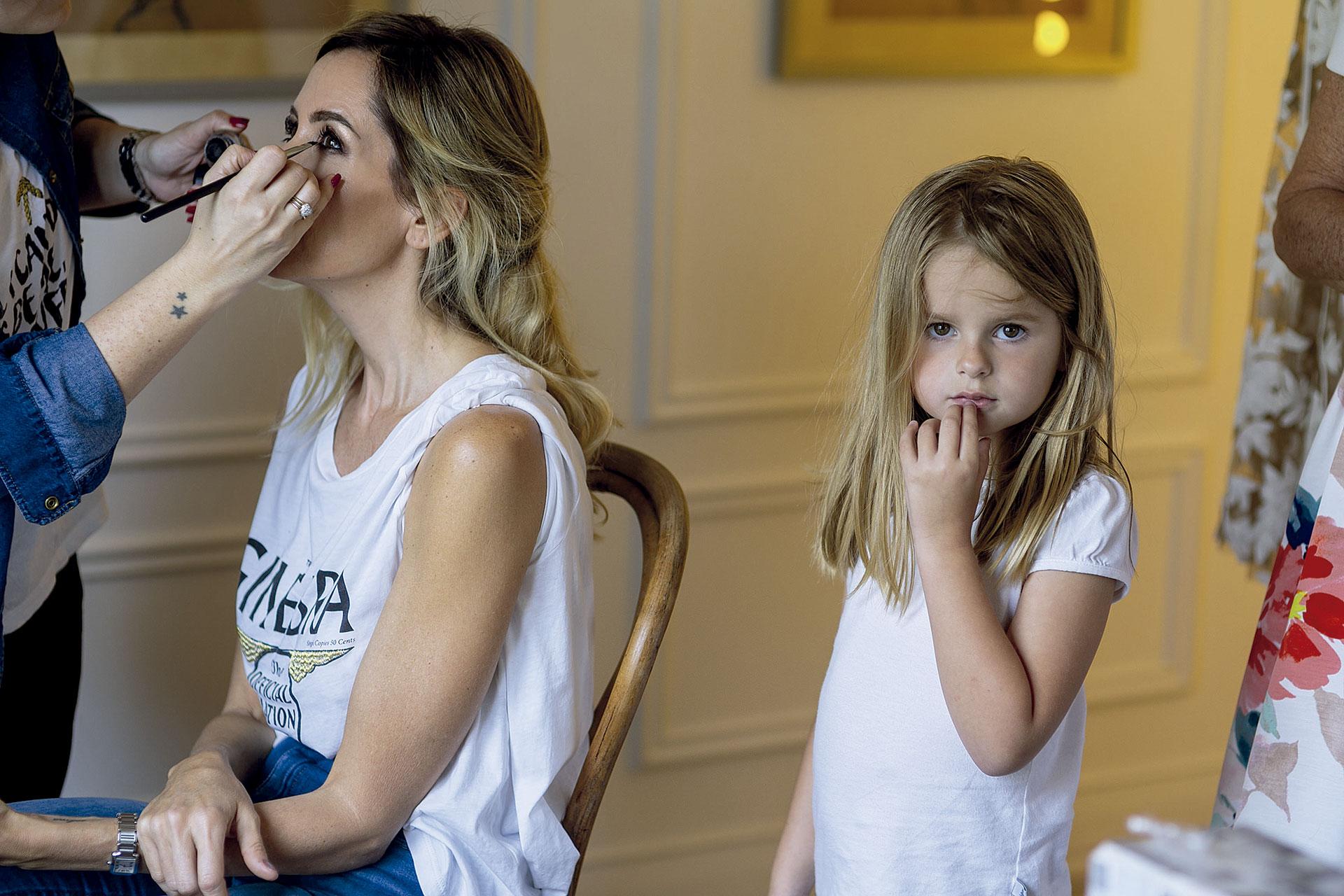 Lala en plena sesión de make-up junto a su hija menor, Isabel, en una suite de Astilleros Milberg, horas antes de la boda