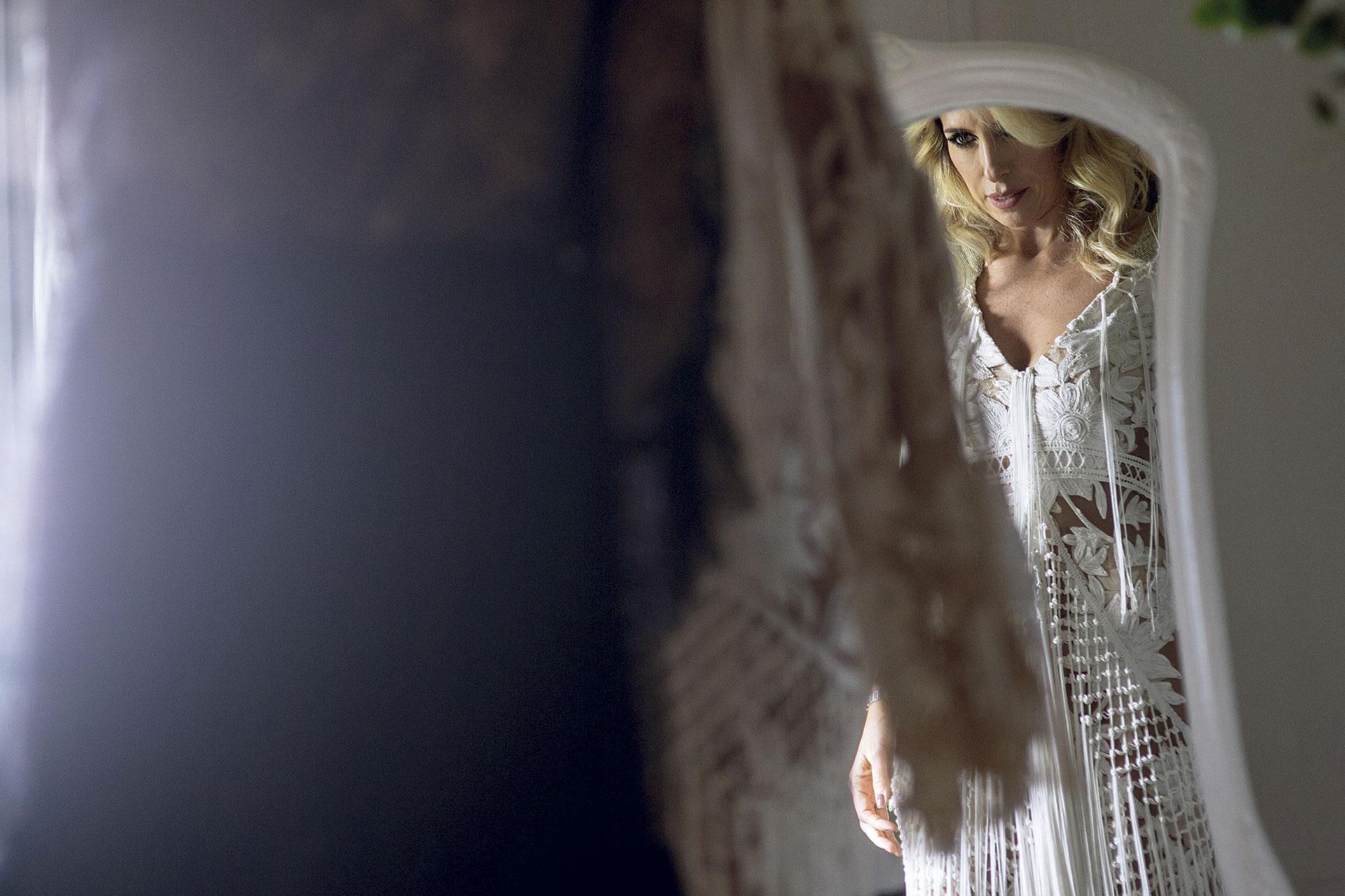 La novia antes del gran momento con el vestido de encaje de una diseñadora australiana