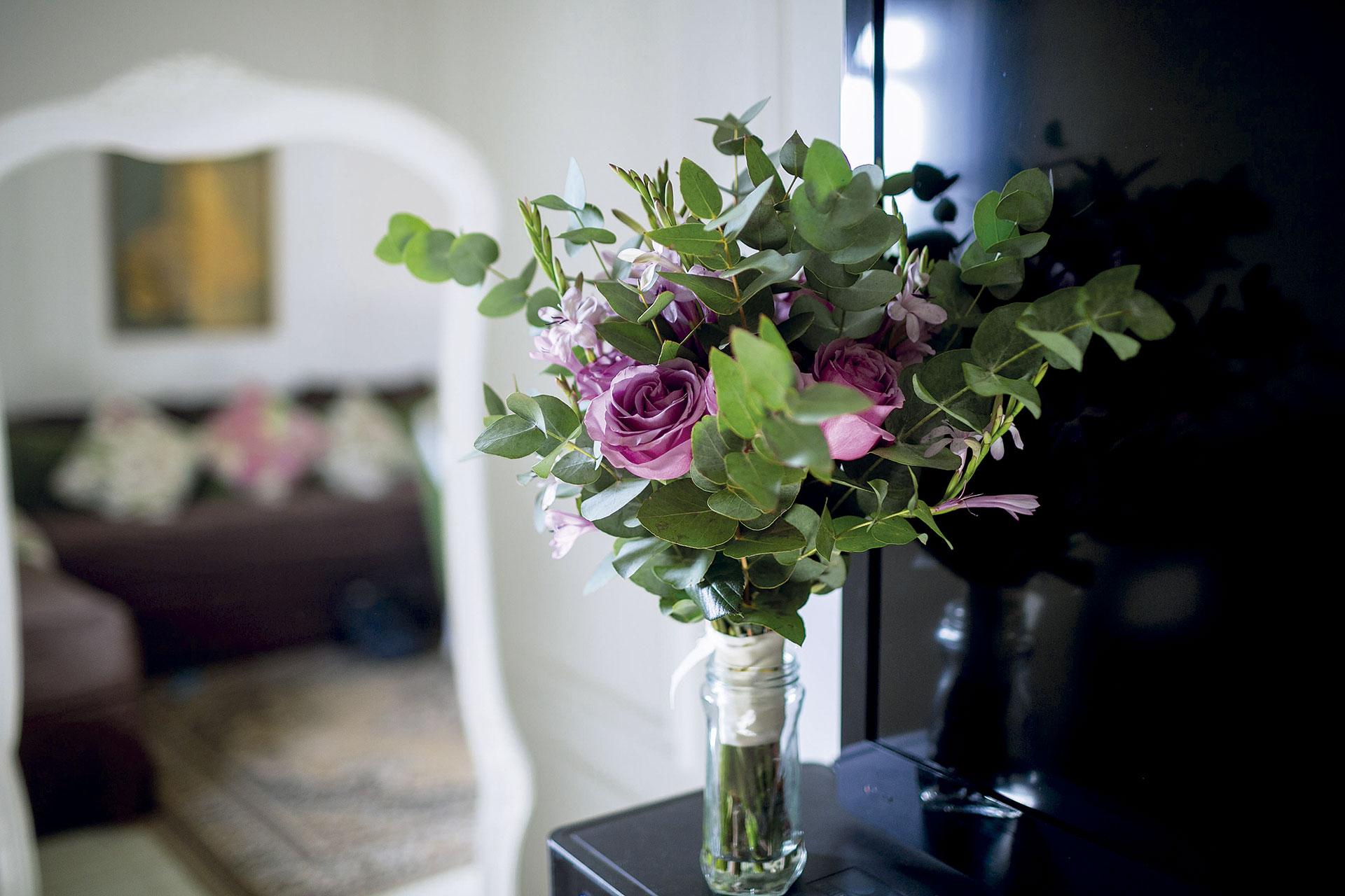 Simpleza chic: el ramo, con rosas, flores silvestres y hojas de eucaliptus.