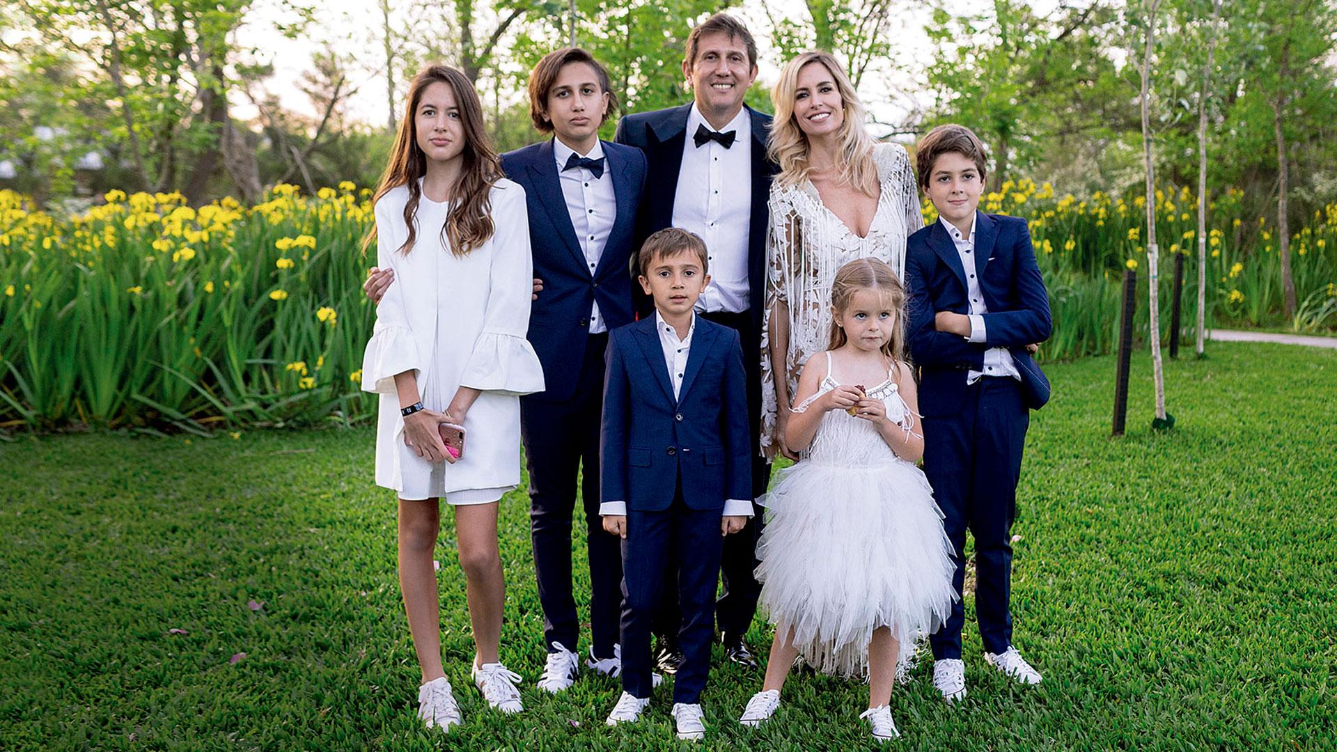 La familia ensamblada: Juana (13), Valentín (14), Juan Pablo Varsky (46), María Laura Bruzoni (40), Felipe (9), Benjamín (8) e Isabel (5).