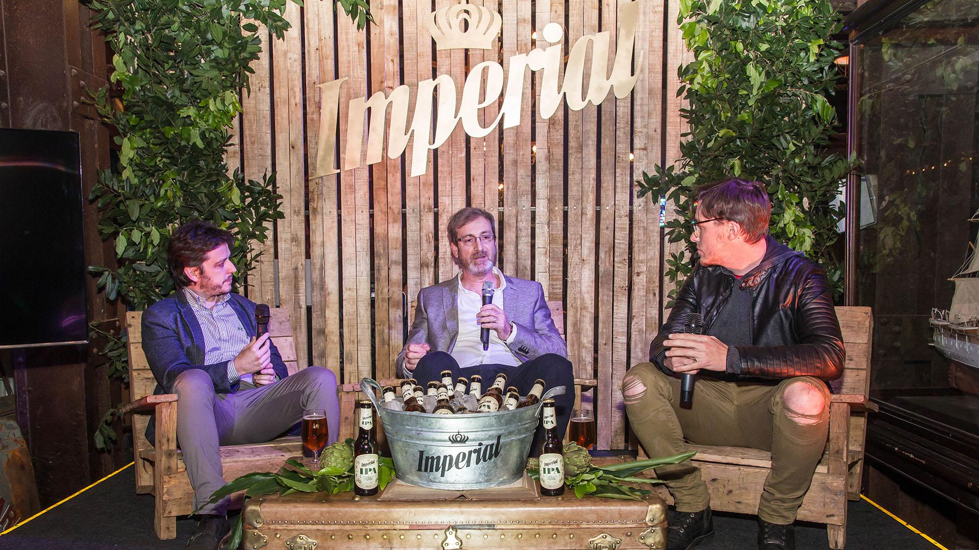 """Nicolas """"Harry"""" Salvarrey, Rodolfo Reich y el maestro cervecero Marcelo Scotta comentaron los detalles de la elaboración de la nueva cerveza."""