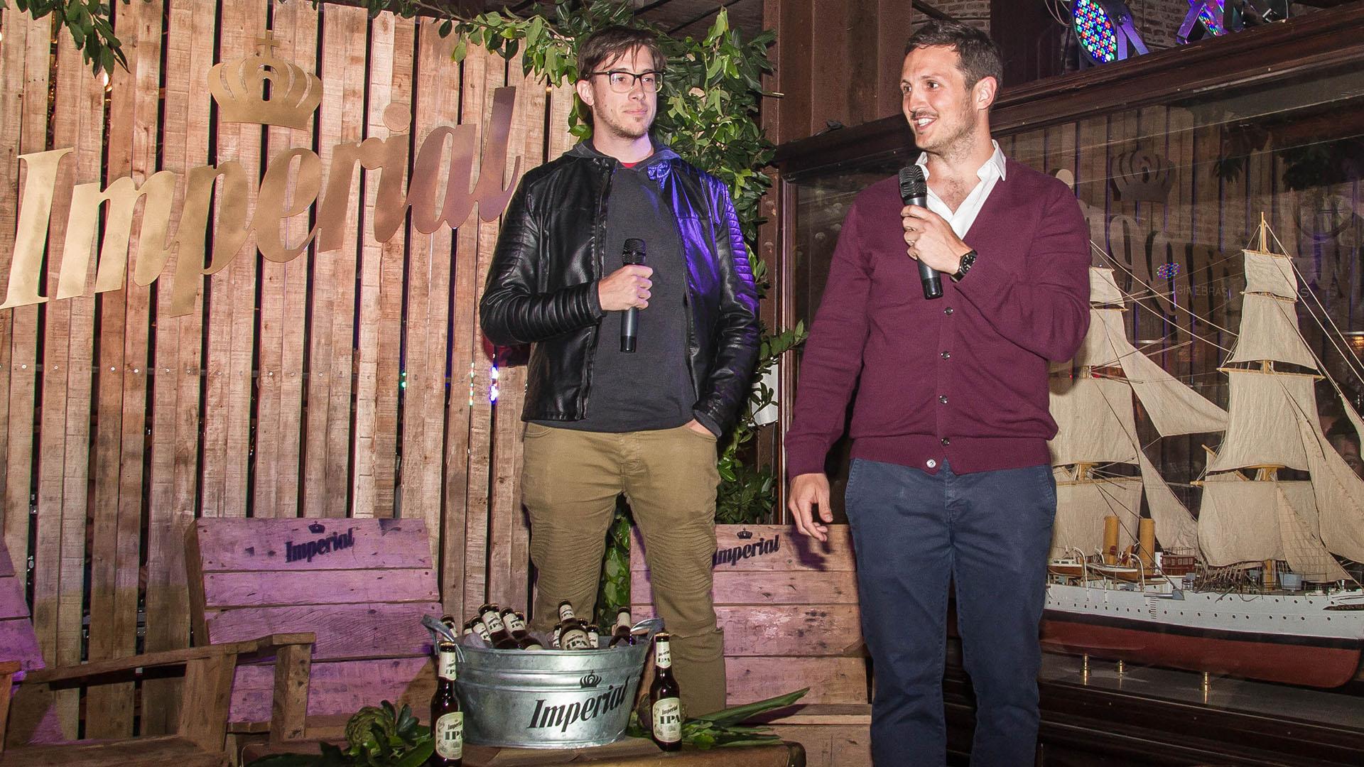 """Marcos Coll Areco junto a Nicolás """"Harry"""" Salvarrey. Presentando la novedad de Cerveza Imperial."""