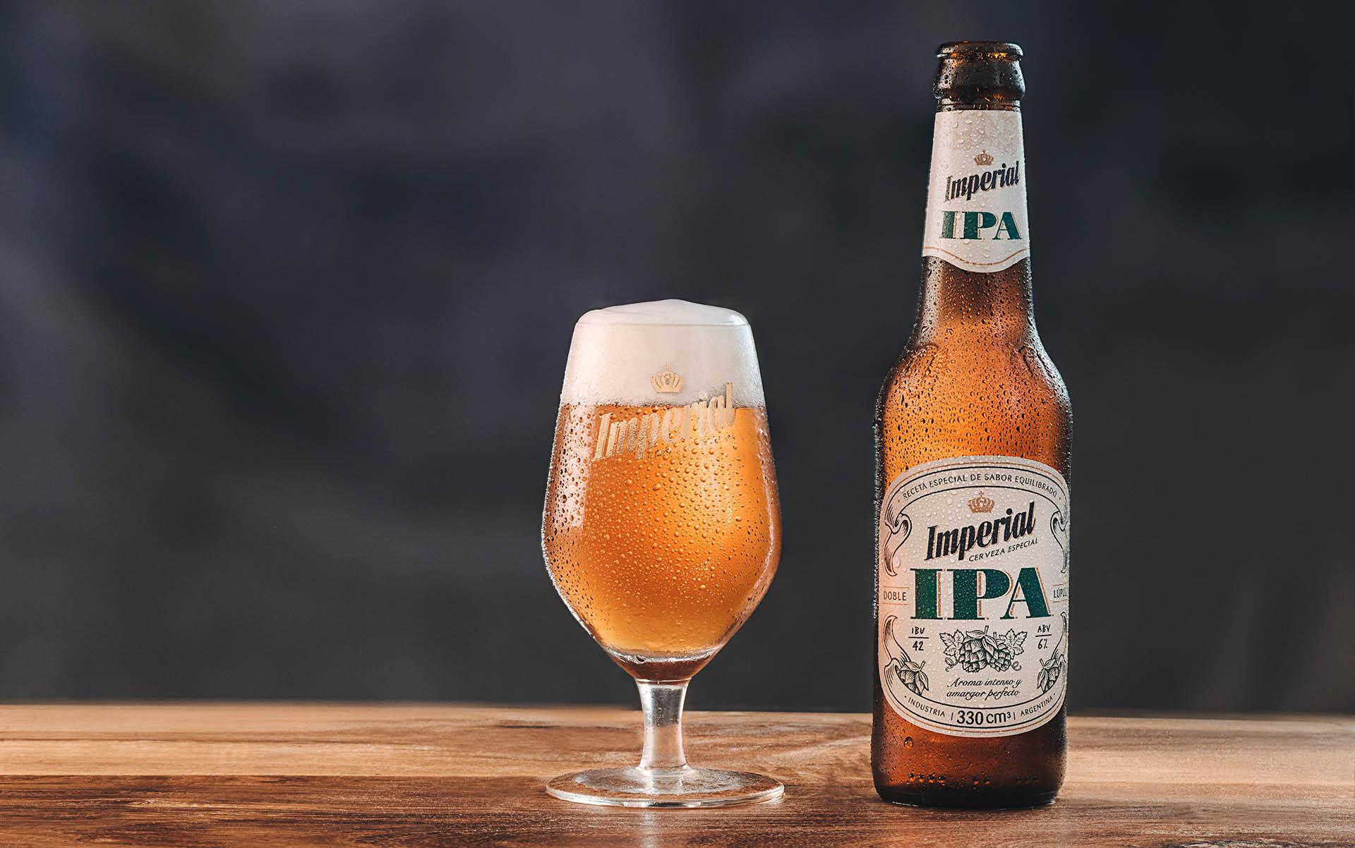 Doble lúpulo y un amargor ideal. Los maestros cerveceros de Imperial recomiendan maridarla con comidas especiadas y picantes.