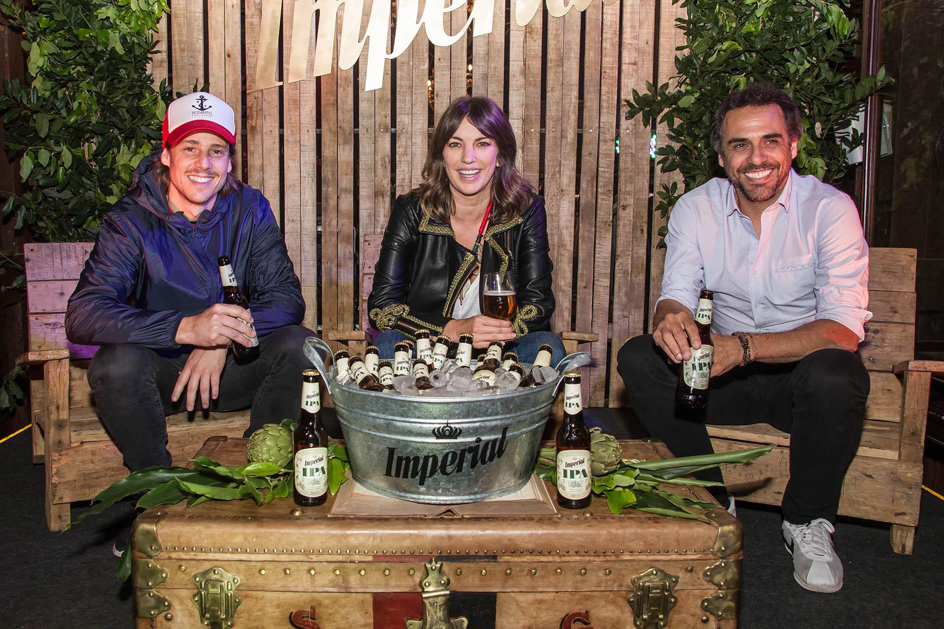 """Gastón """"el Gato"""" Gaudio, MarianoZabaleta y Deborah del Corral disfrutando de sus IPAS."""