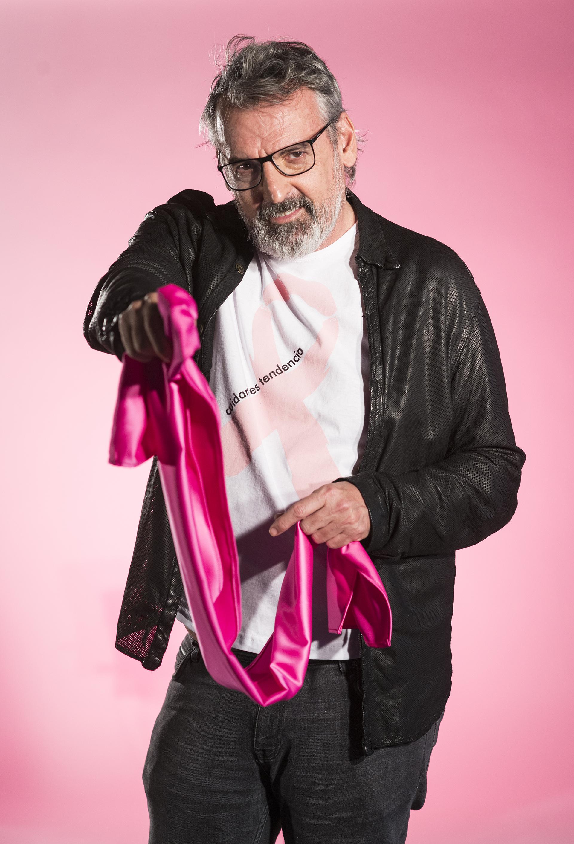 Benito Fernández diseñó de manera exclusiva pañuelos en rosa fucsia, la tonalidad que abraza esta enfermedad (Gustavo Saiegh)