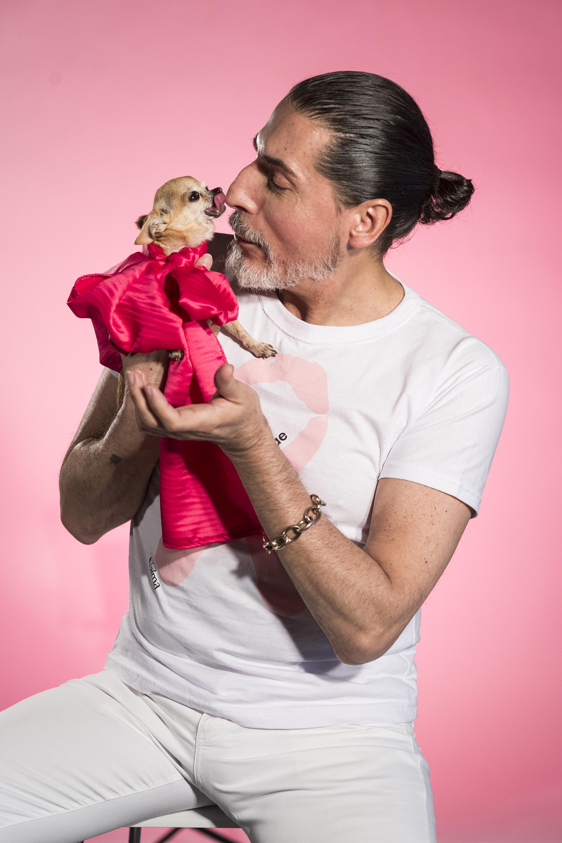 El diseñador argentino César Juricich junto a su incondicional chihuaha Indra. El especialista en moda sostiene: 'Hay que sentirse bien desde adentro para verse bien desde afuera'