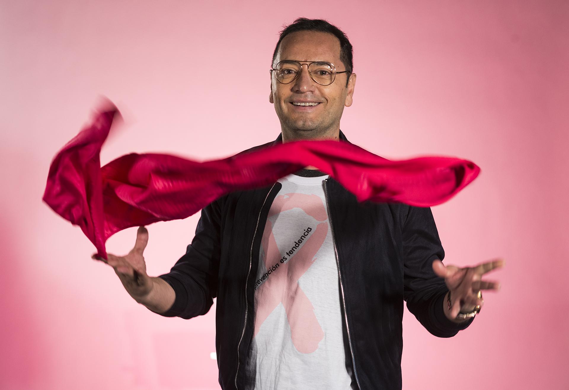 Fabián Medina Flores -asesor de moda- tiñó de movimiento y color la serie fotográfica con su foulard, ideado en exclusiva por Benito Fernández