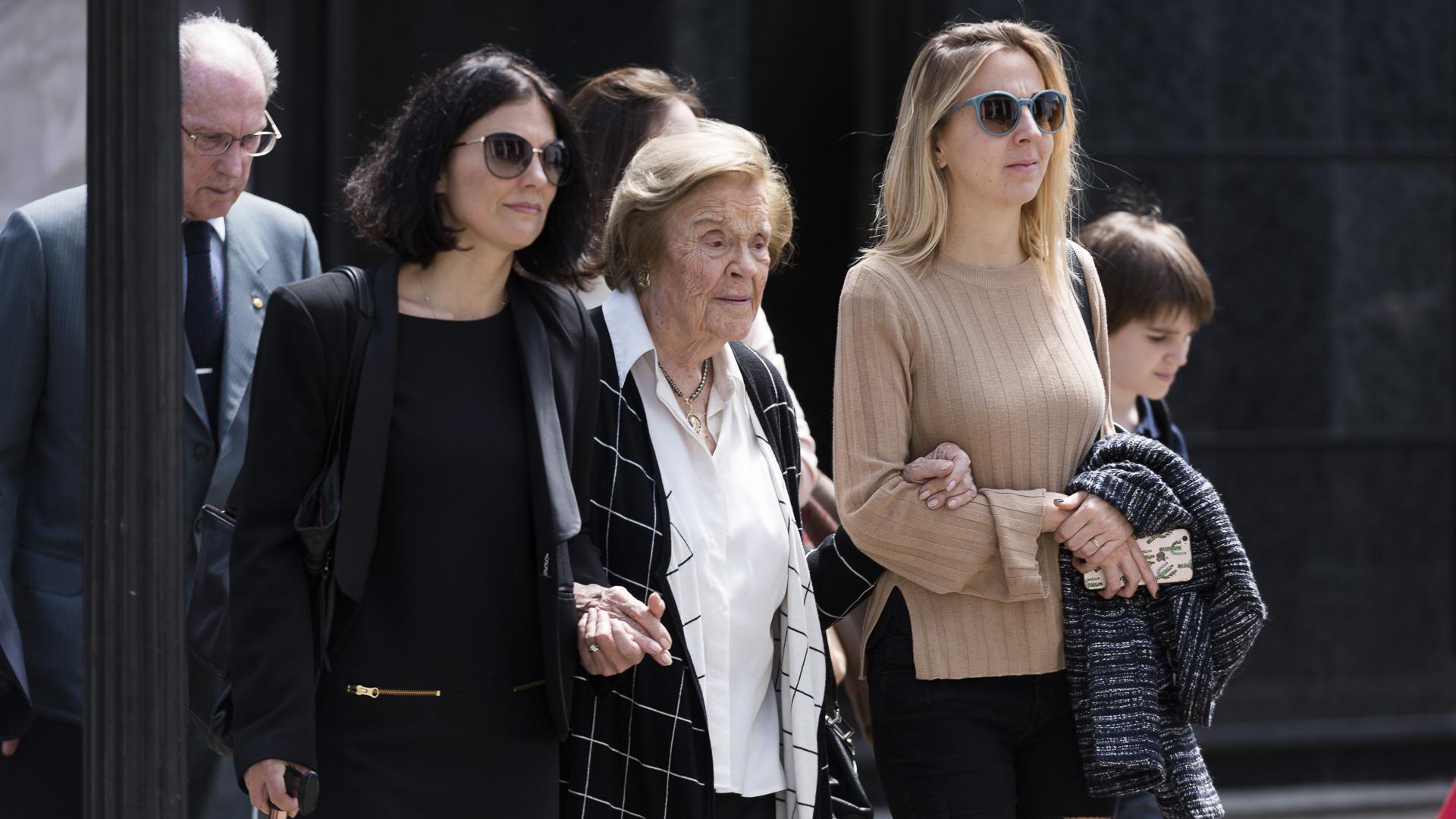 Teresita Braun, acompañada por sobrinas