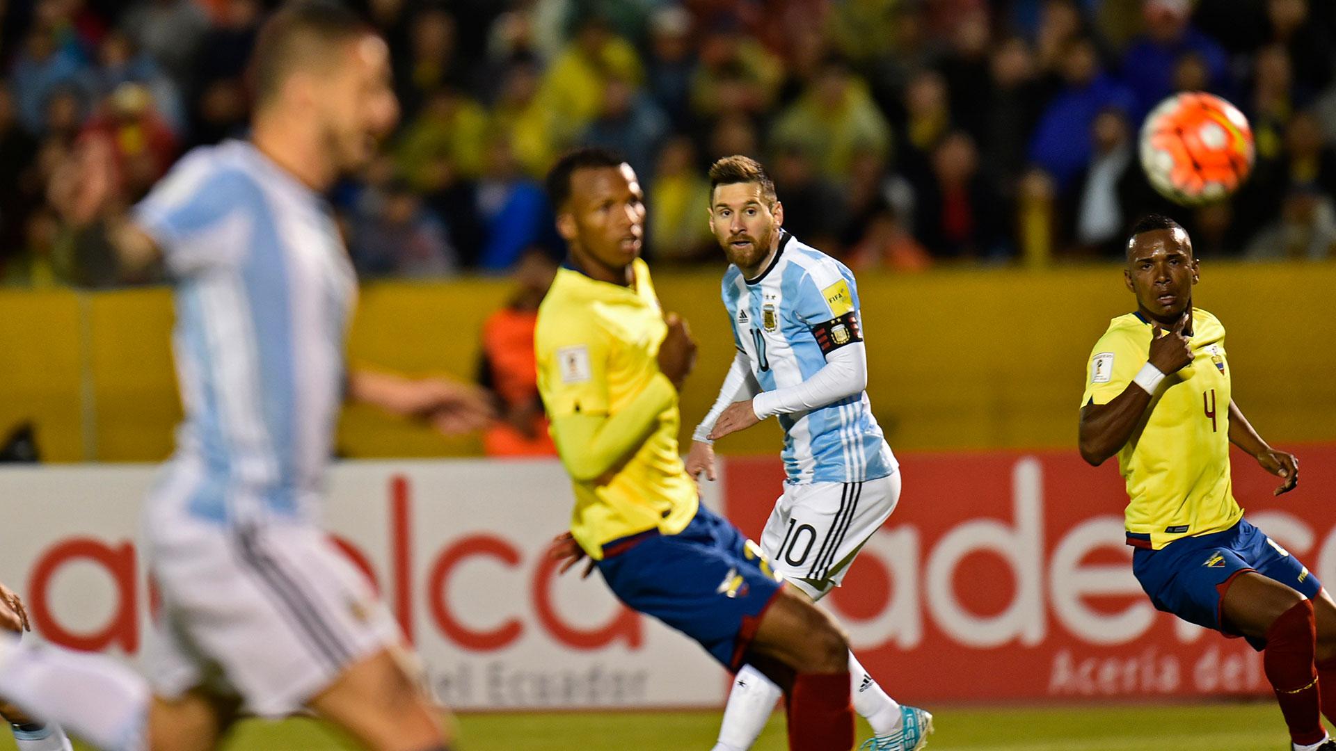 Si bien el toque del ex Rosario Central no fue limpio, la Pulga guapeó, encaró, deslizó su magia y convirtió el 2 a 1