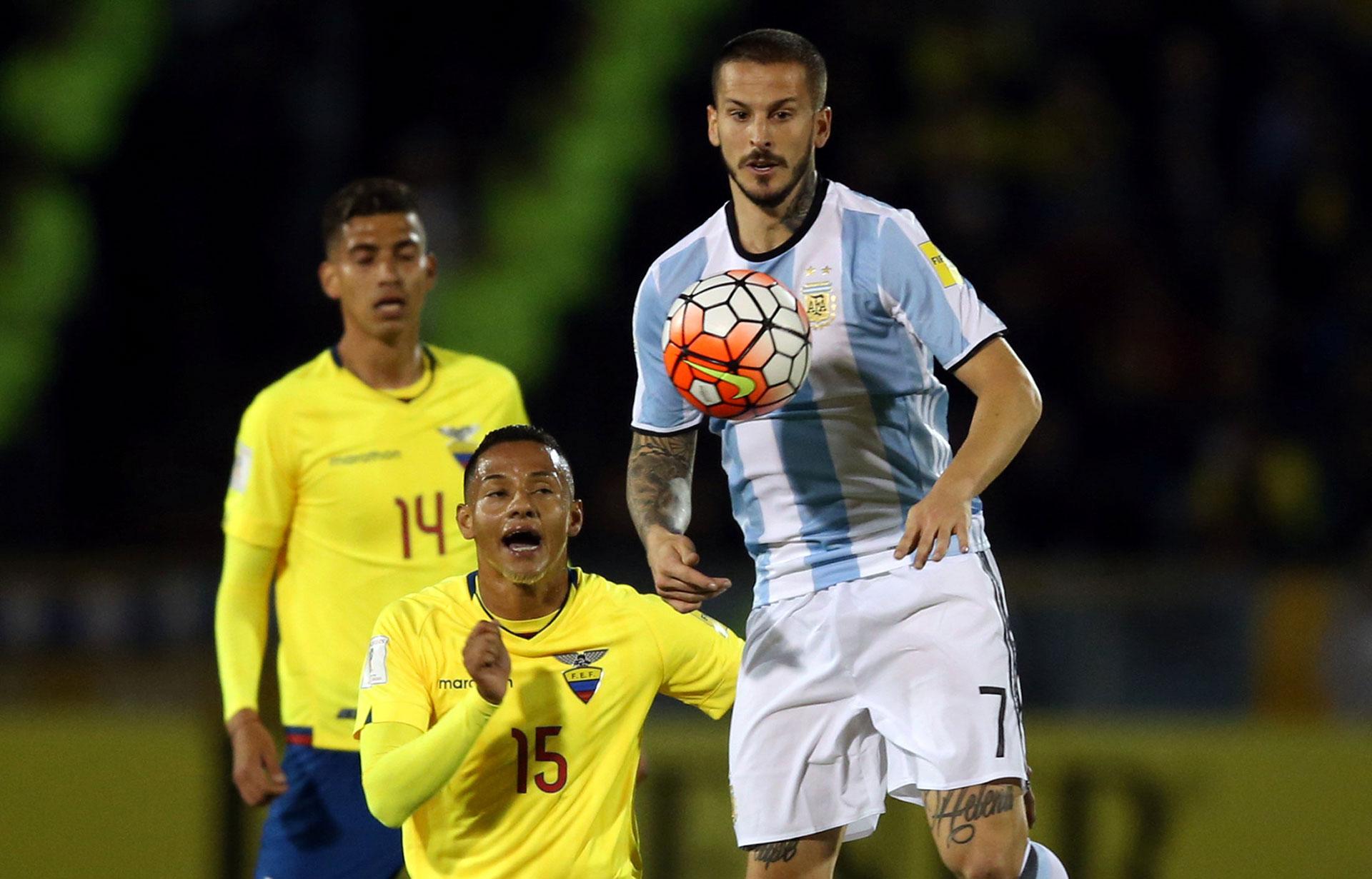 Benedetto se peleó con los centrales y ayudó en la pelota parada defensiva