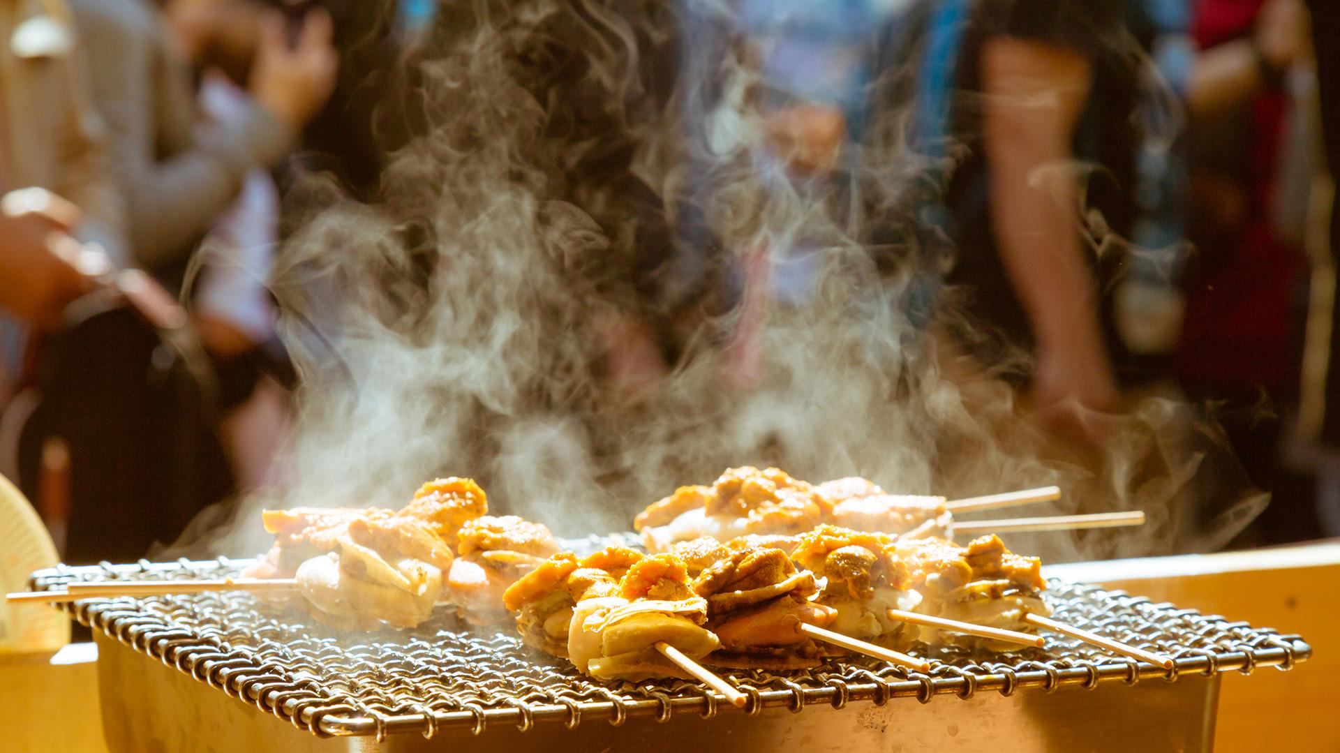 Se pueden degustar platos gourmet en los puestos locales (Getty images)