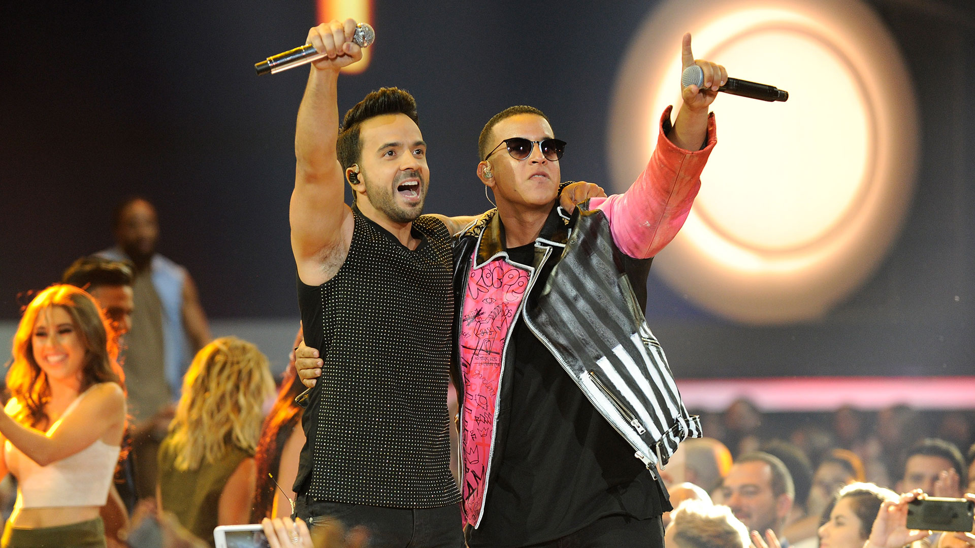 Luis Fonsi junto a Daddy Yankee (Getty Images)
