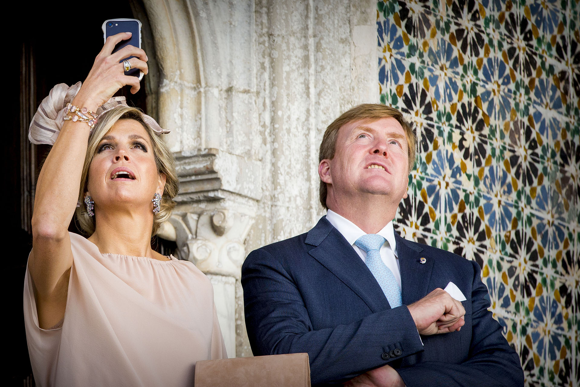 Máxima tomó fotografías con su celular para no perder cada de detalle de la visita