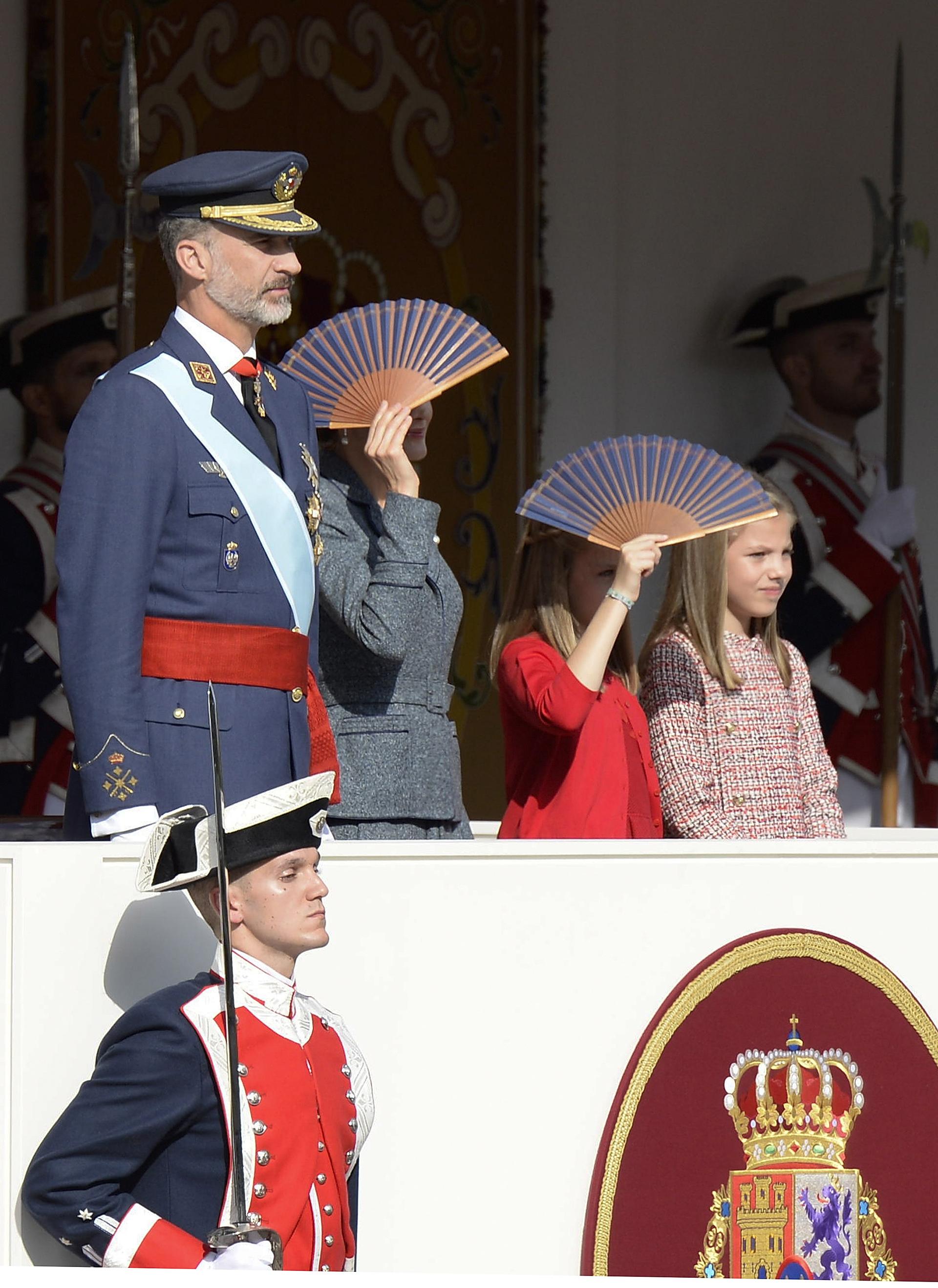 Los abanicos sirvieron para que la reina y las princesas se protegieran del sol /// Fotos: Getty Images- WireImage