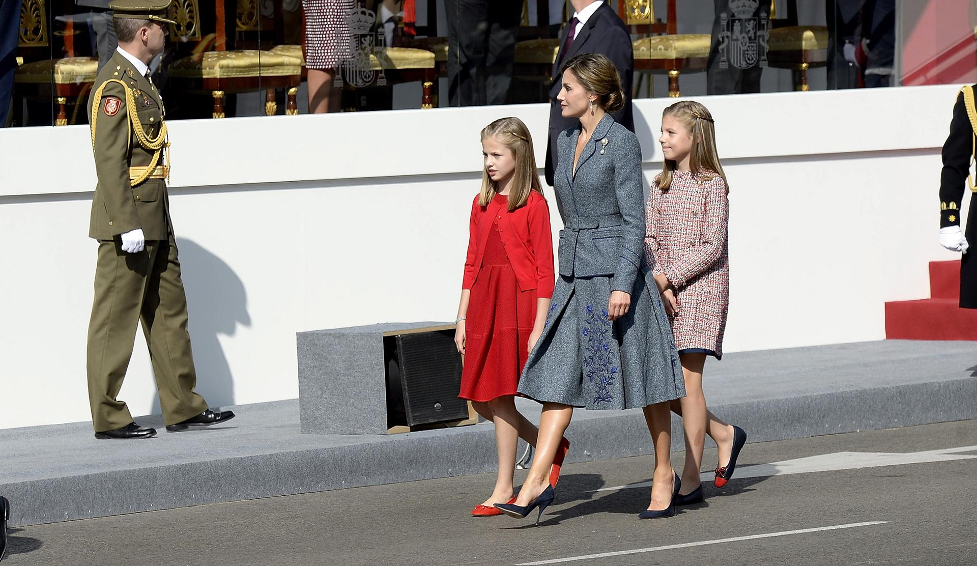 Las pequeñas caminaron con su madre. En todo momento, Sofía tapó con su mano el vendaje que cubría su mano derecha, para evitar que los fotógrafos capturaran la imagen