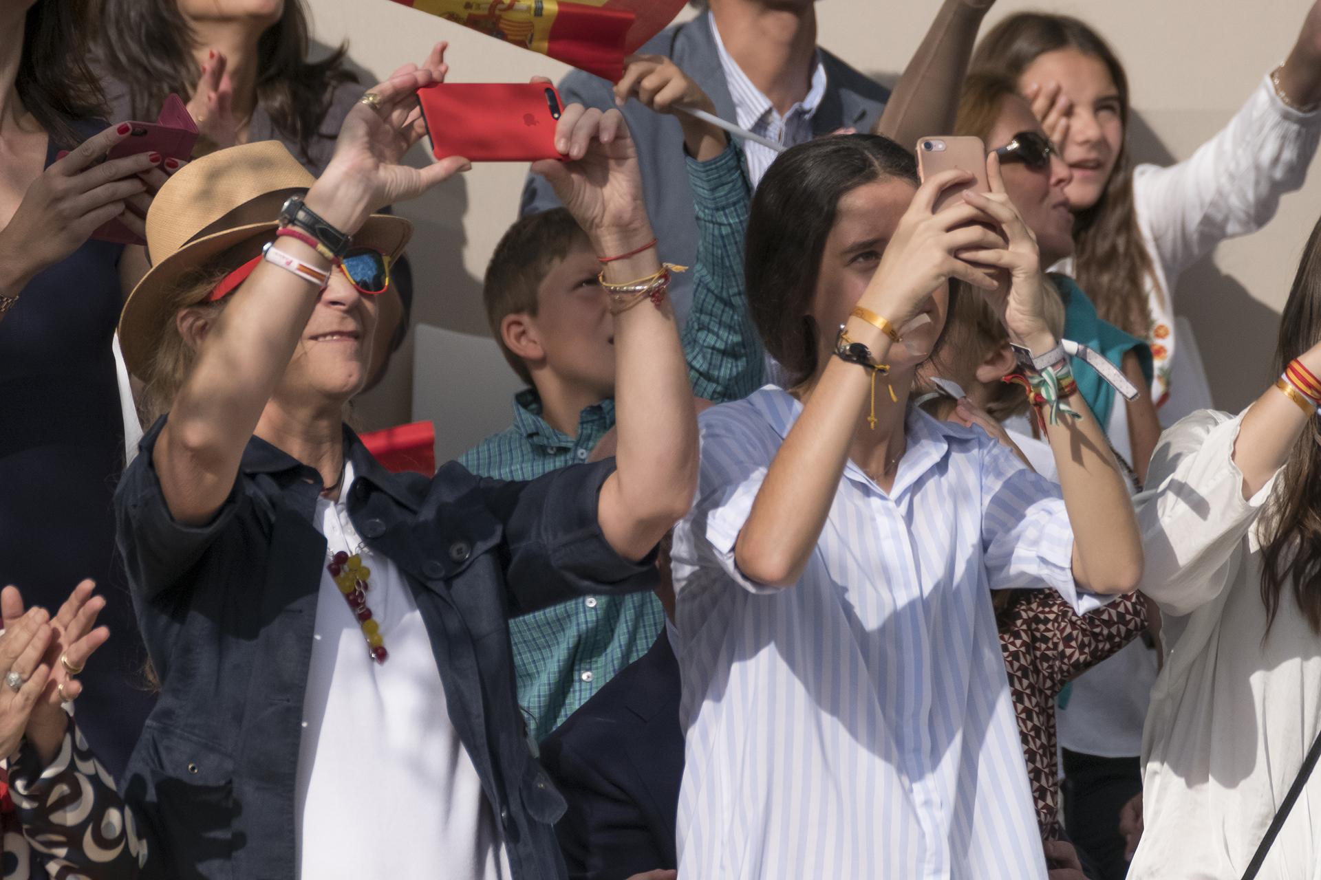 La Infanta Elena tomando fotos con su hija durante la emotiva ceremonia