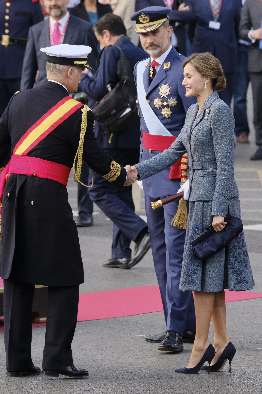Letizia lució radiante con un elegante traje gris con falda tableada y bordados florales
