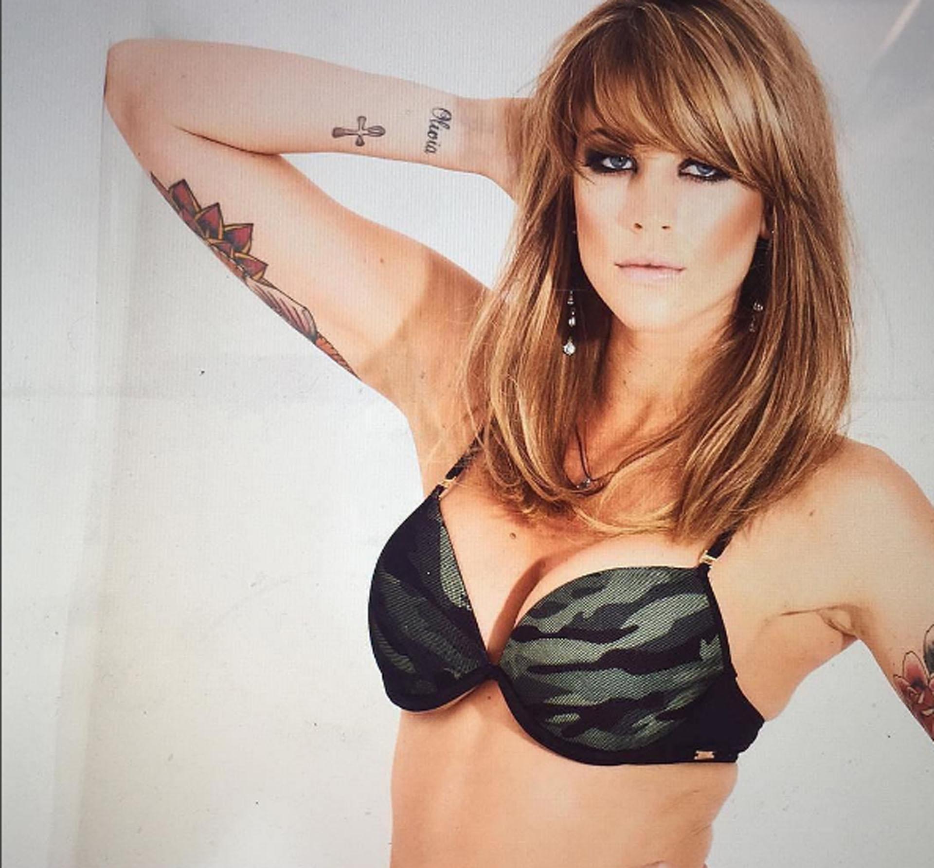 """Entre todos sus tatuajes, Juliana tiene uno con la inscripción """"Mariano"""", en la nuca"""