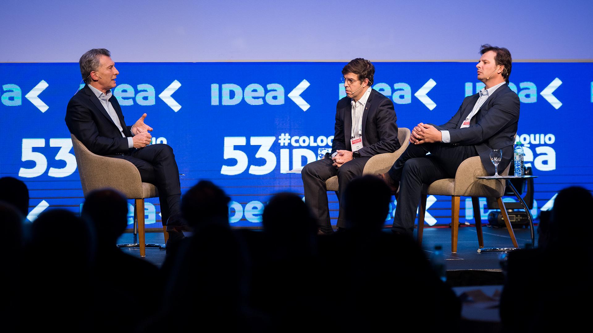 El presidente de la Nación Mauricio Macri entrevistado por el presidente de Idea Javier Goñi y el presidente del 53 Coloquio de Idea Gaston Remy