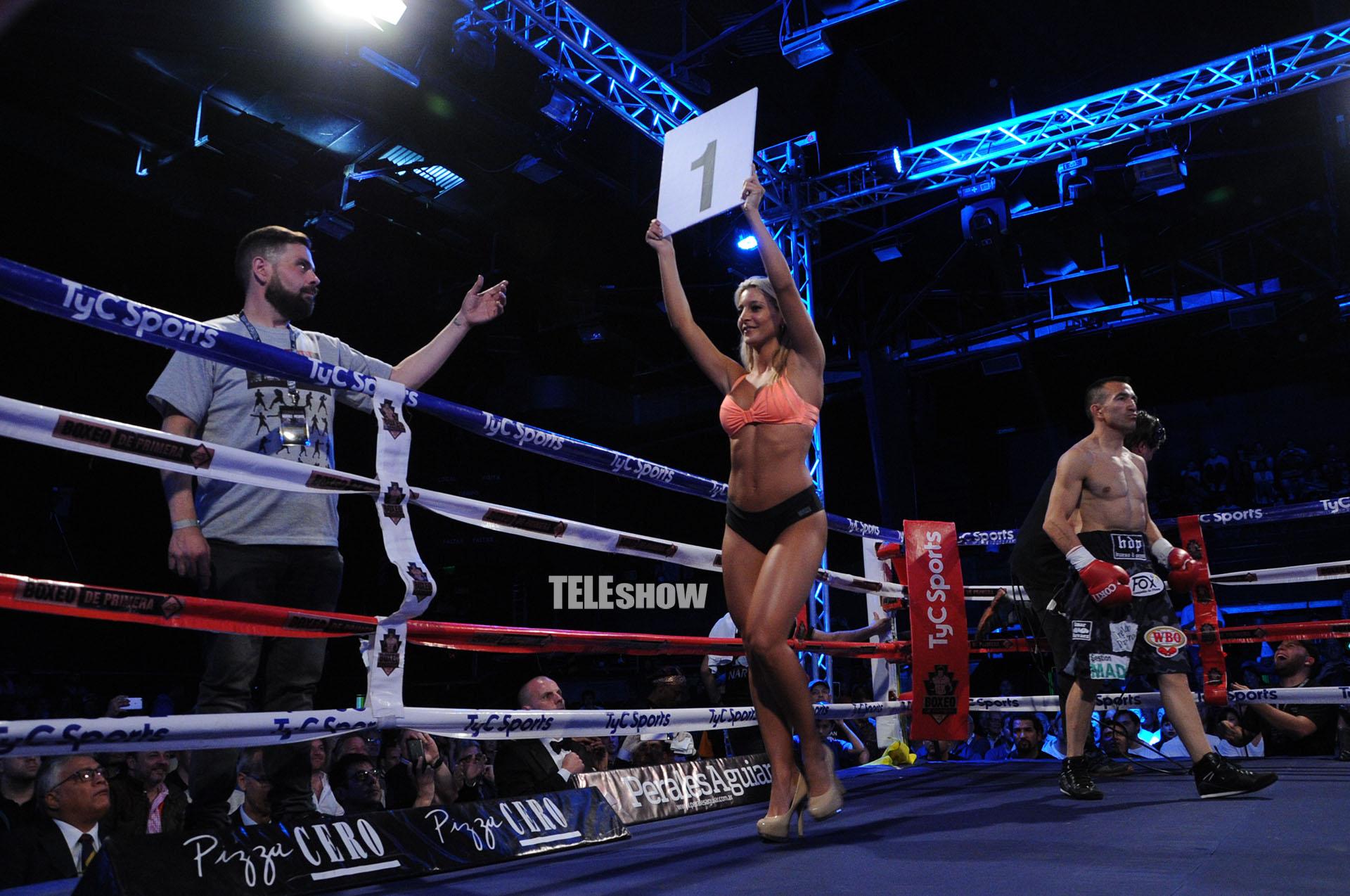 """""""La chica del tiempo"""" debutó como ring girl en la pelea entre el argentino Omar Narváez y el ruso Nikolai Potapov"""