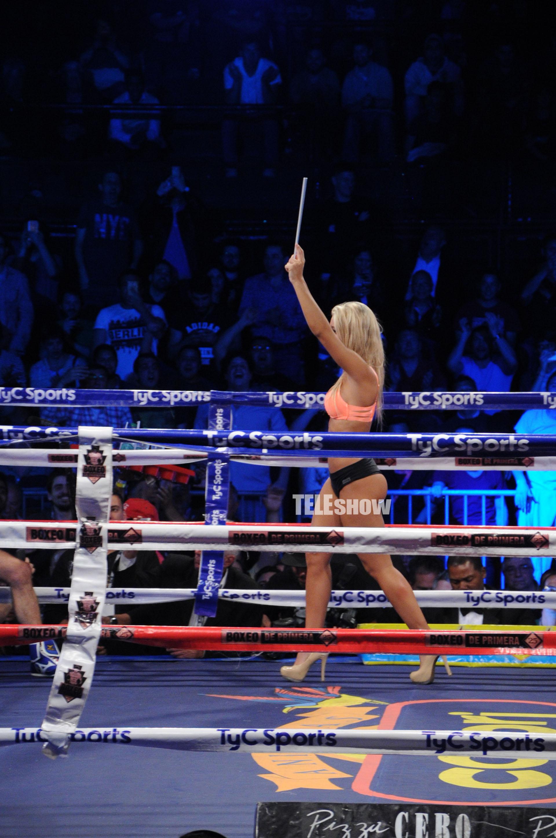 Sol Pérez camina sobre el ring ante la atenta mirada del público