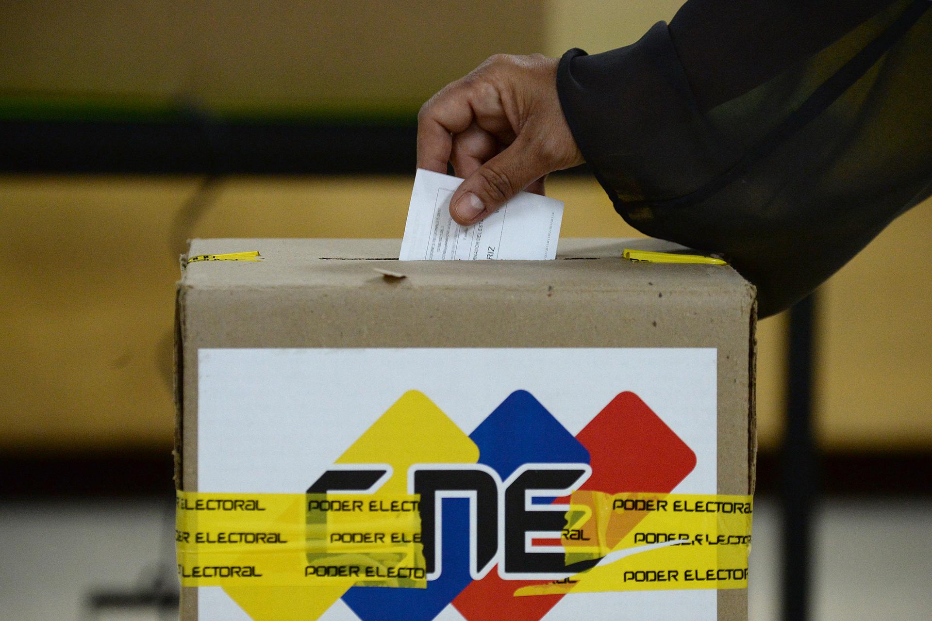 La presidenta del Consejo Nacional Electoral (CNE) de Venezuela, Tibisay Lucena, informóque el 99,92% de los centros estaban abiertos y atendiendo a votantes
