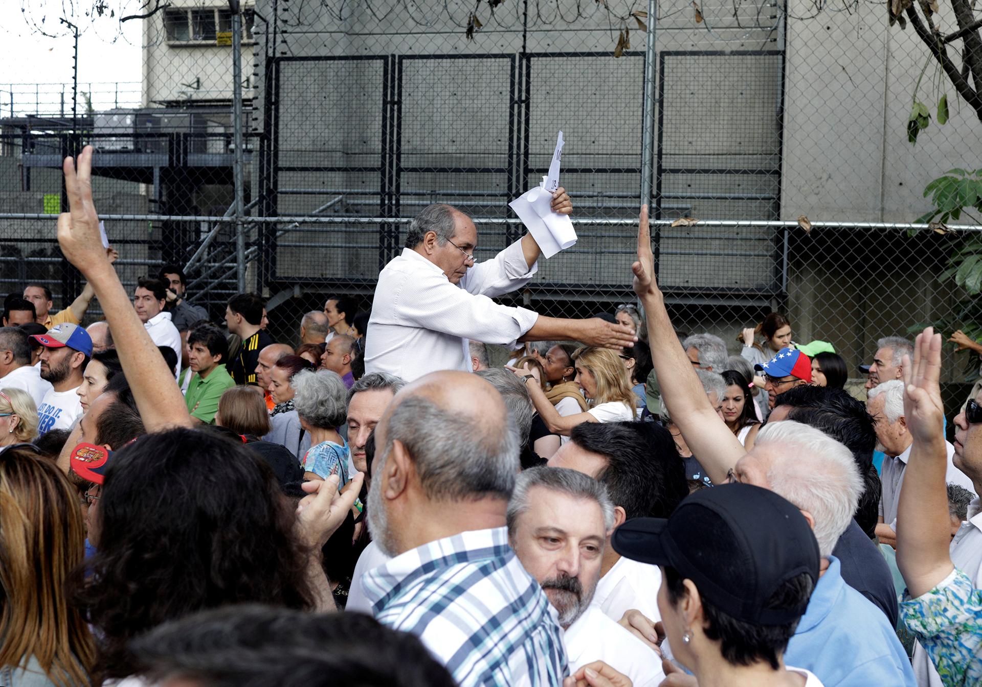 Los comicios se celebran con un año de retraso y luego de dos meses de tregua tras las marchas que dejaron unos 125 muertos entre abril y julio, convocadas por la opositora Mesa de la Unidad Democrática (MUD) para exigir la salida del presidente Nicolás Maduro