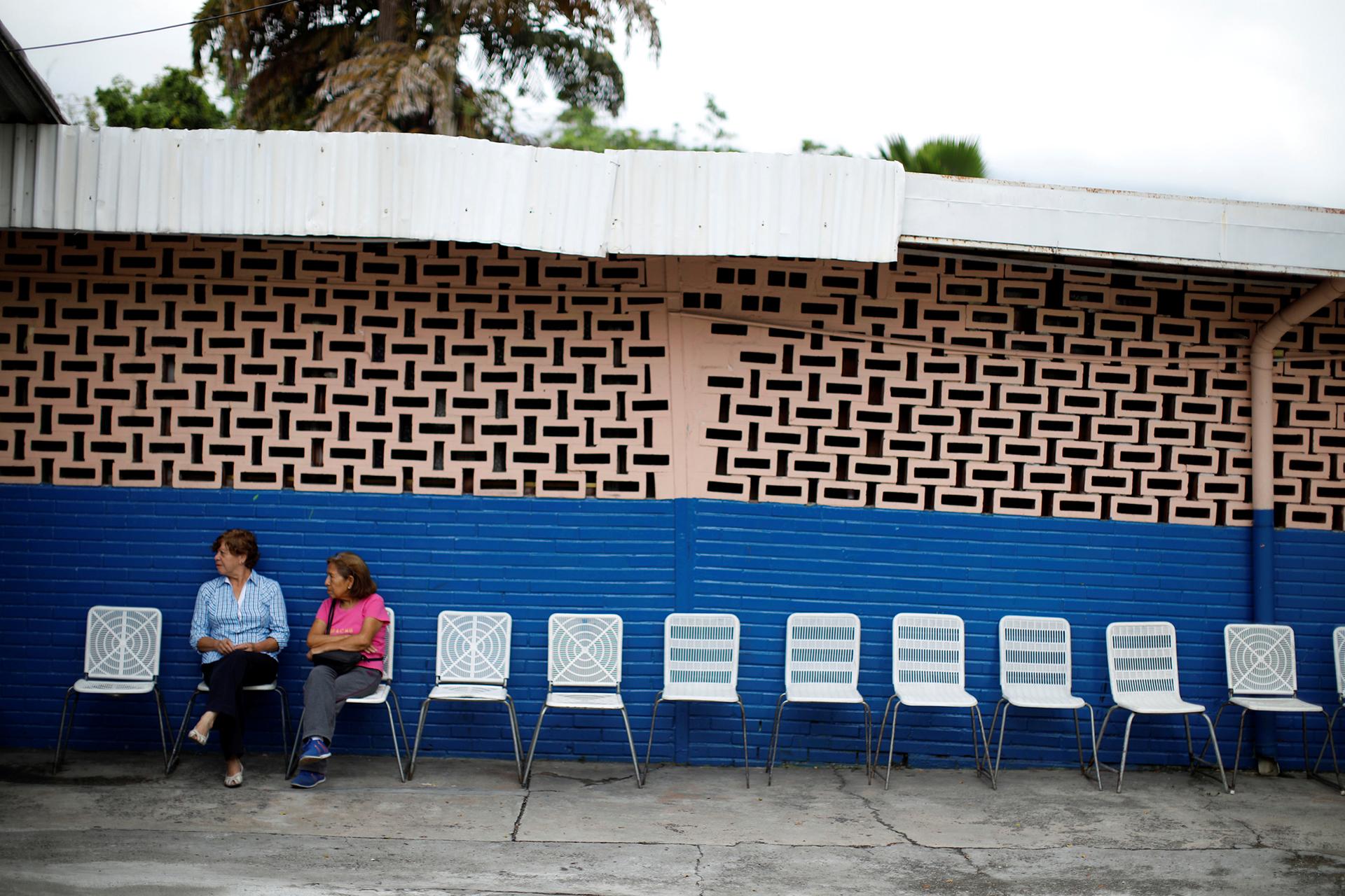 Un centro de votación, prácticamente vacío tras ser cerrado y reubicado, causando confusión entre los votantes