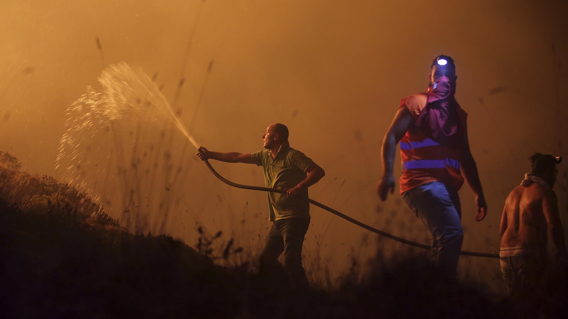 Voluntarios luchan contra las llamas (AP)