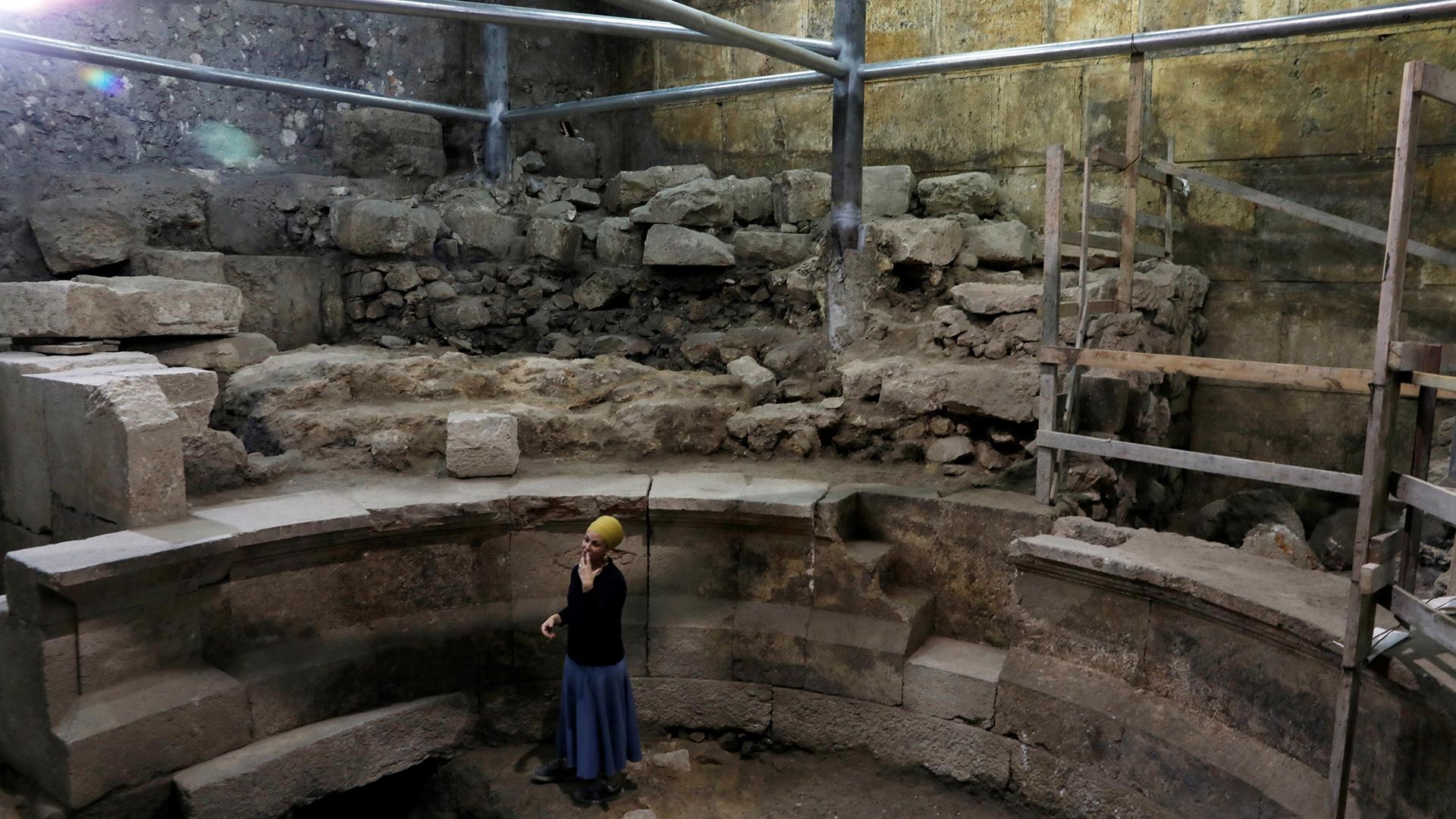 """Tehillah Lieberman de la Autoridad de Antigüedades de Jerusalem recorre el """"teatro perdido"""" debajo del Muro de los Lamentos (Reuters)"""
