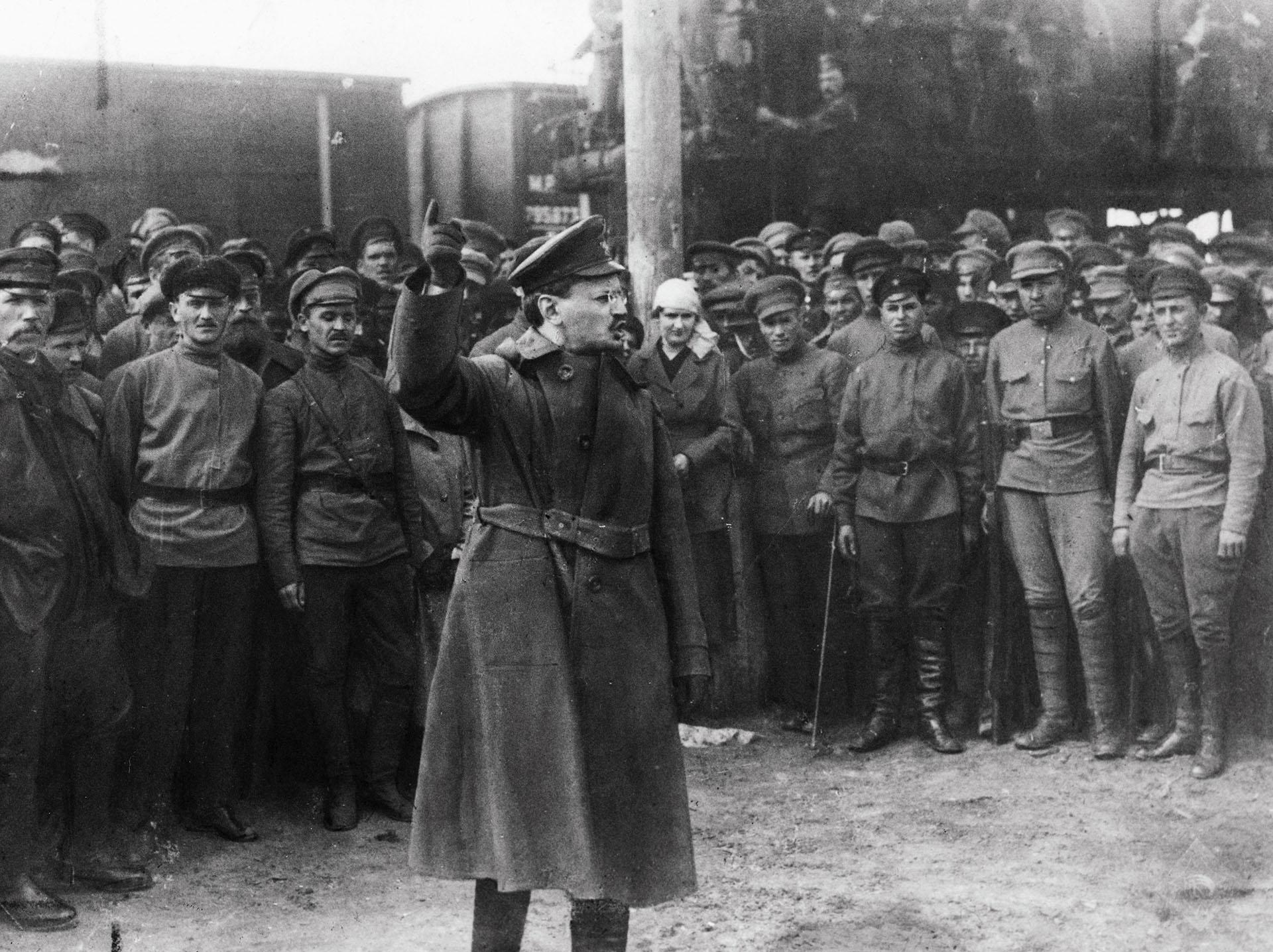 Leon Trotsky arenga a los soldados durante la revolución bolchevique