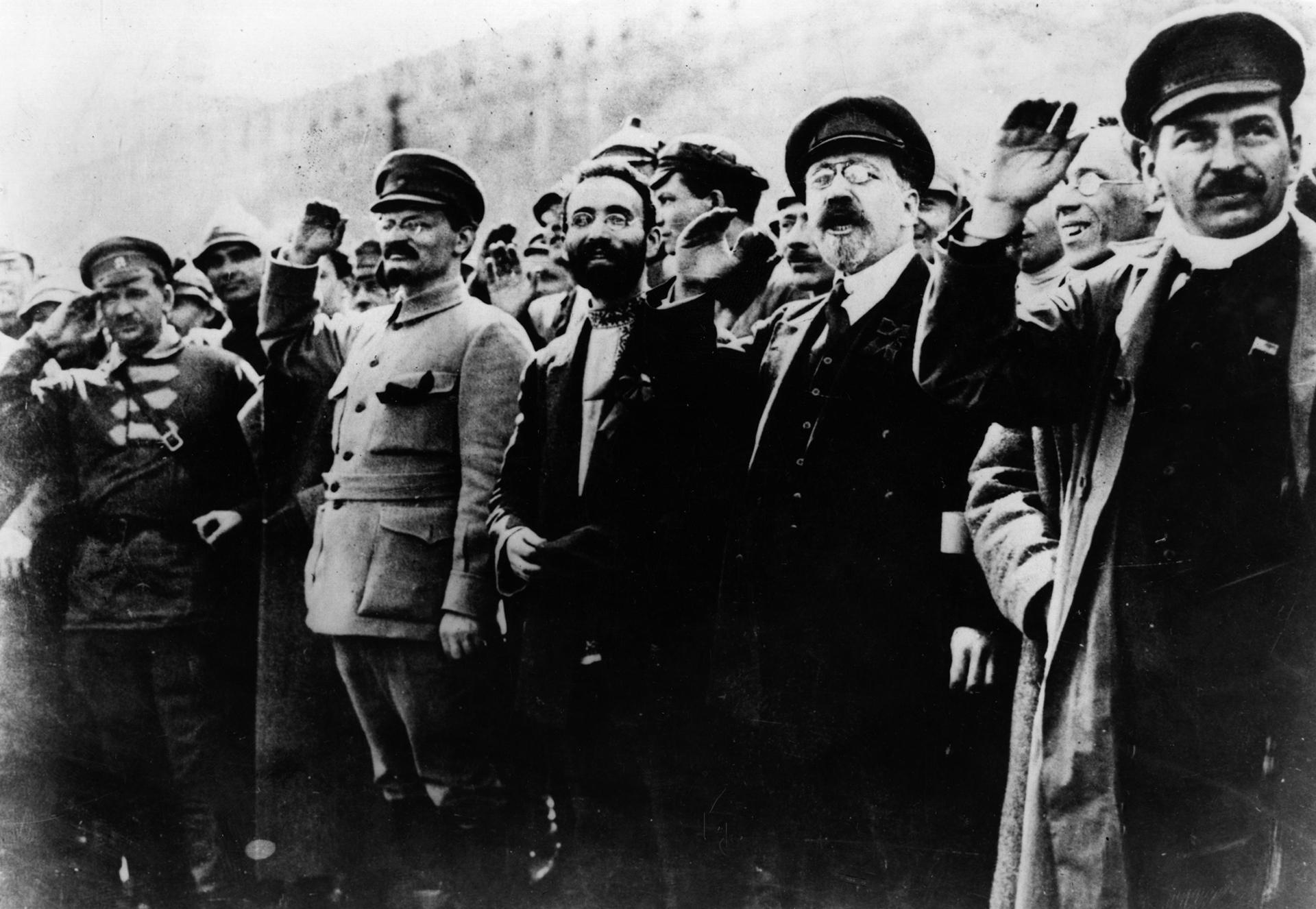 Líderes comunistas, incluidos Stalin y Trotsky saludan en la calle durante la revolución de Octubre.