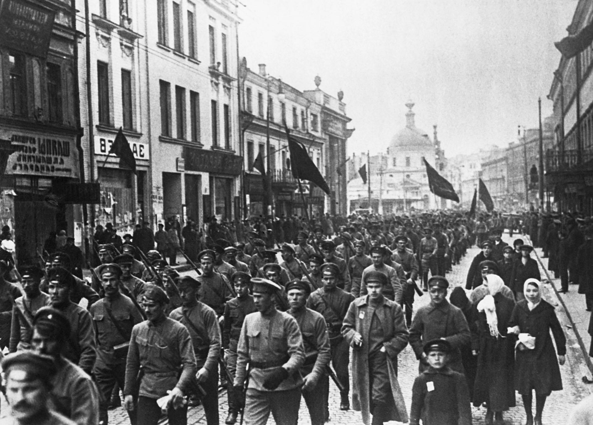 Soldados bolcheviques marchan por las calles de Moscú en octubre de 1917