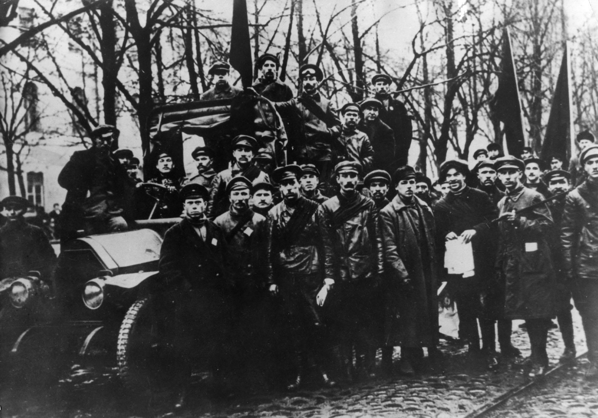 Octubre de 1917: Soldados del Ejérctio rojo avanzan sobre Moscú.