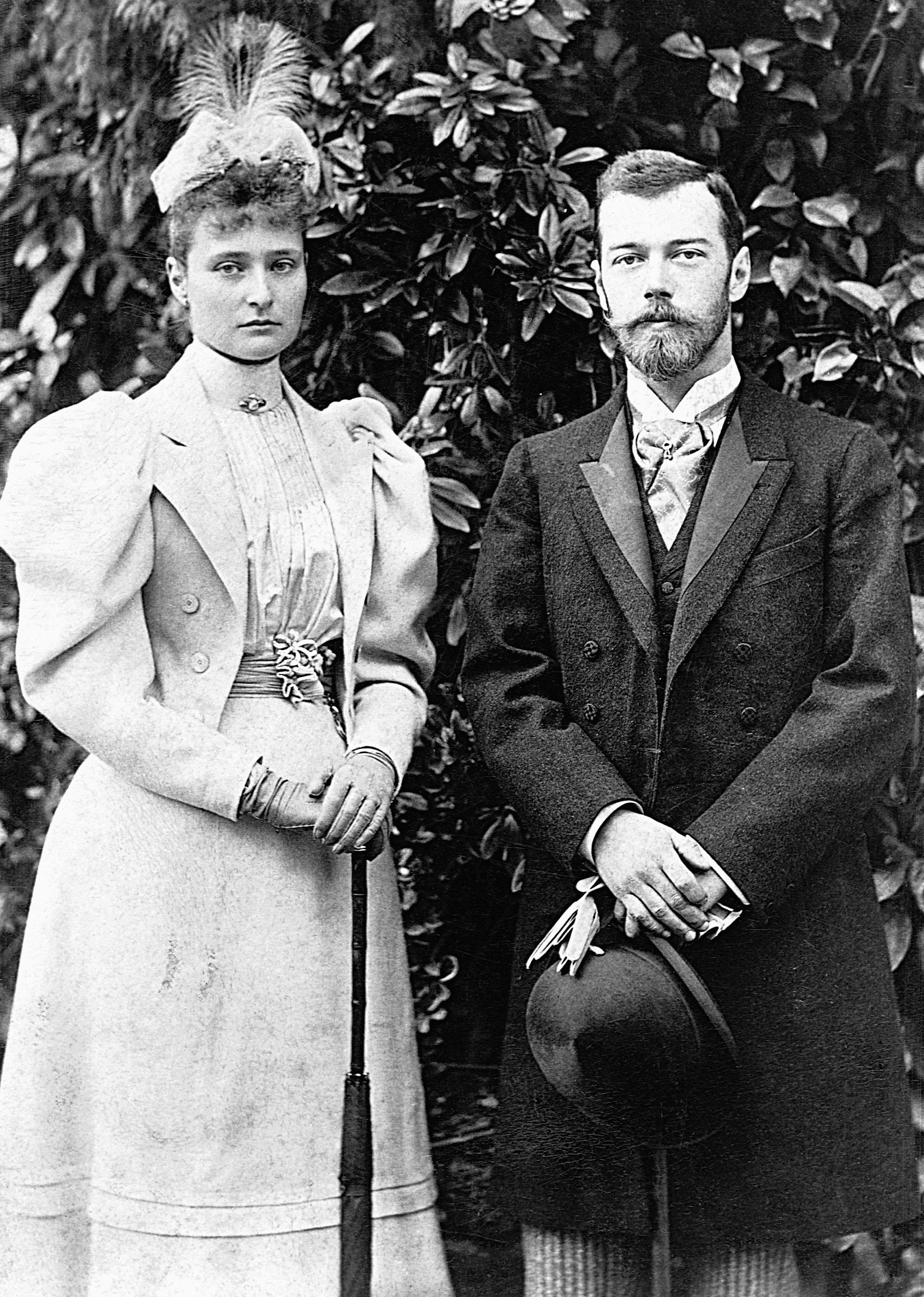 Nicholas Alexandrovich Romanov (1868-1918), antes de convertirse en el zar Nicolás II , junto a su esposa Alix of Hesse (1872-1918), luego Alexandra Fiodorovna).