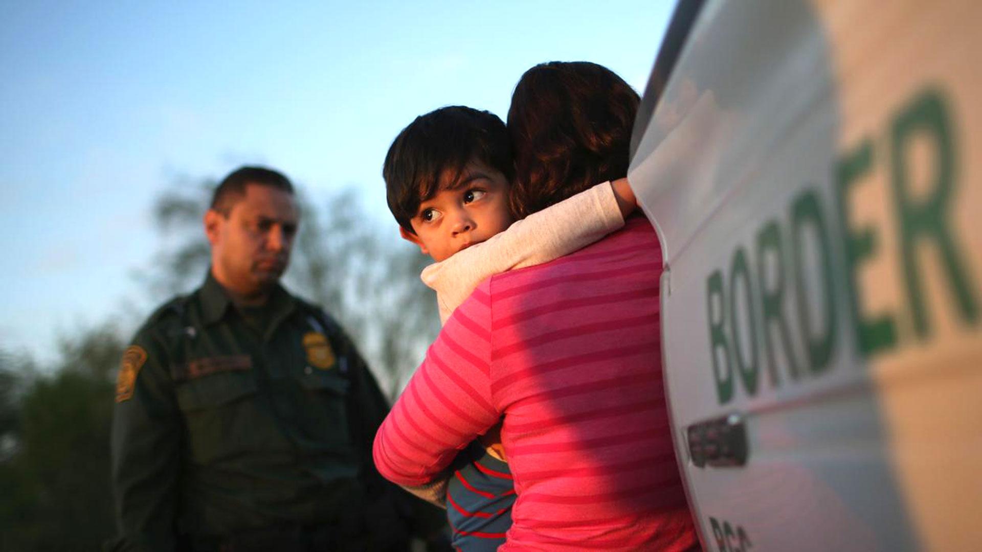 La separación de niños migrantes de sus familias generó un fuerte debate en EEUU.