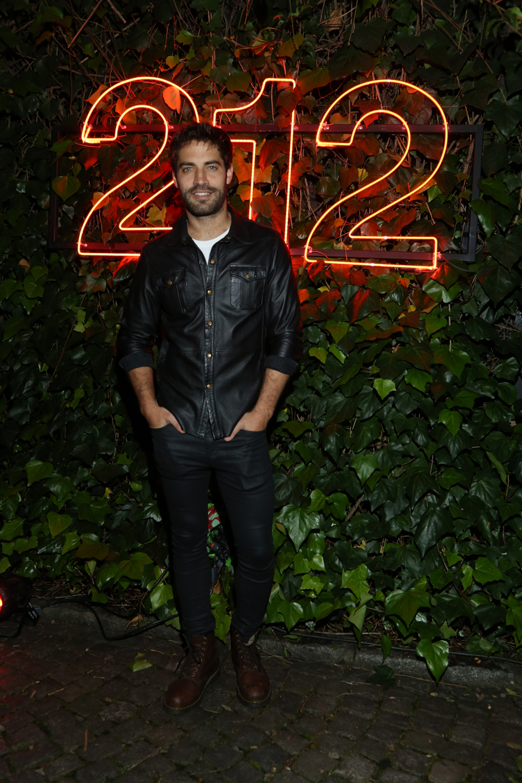 Bejamín Alfonso optó por lucir un total look en cuero con guiños rockeros para la fiesta millennial
