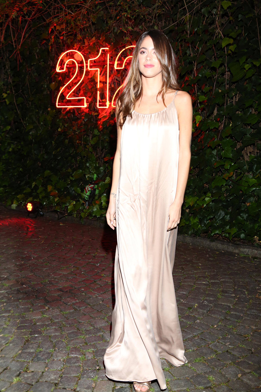 Tini Stoessel sorprendió enfudada en un vestido color nude, cabello suelto y maquillaje suave. Sin accesorios ni complementos