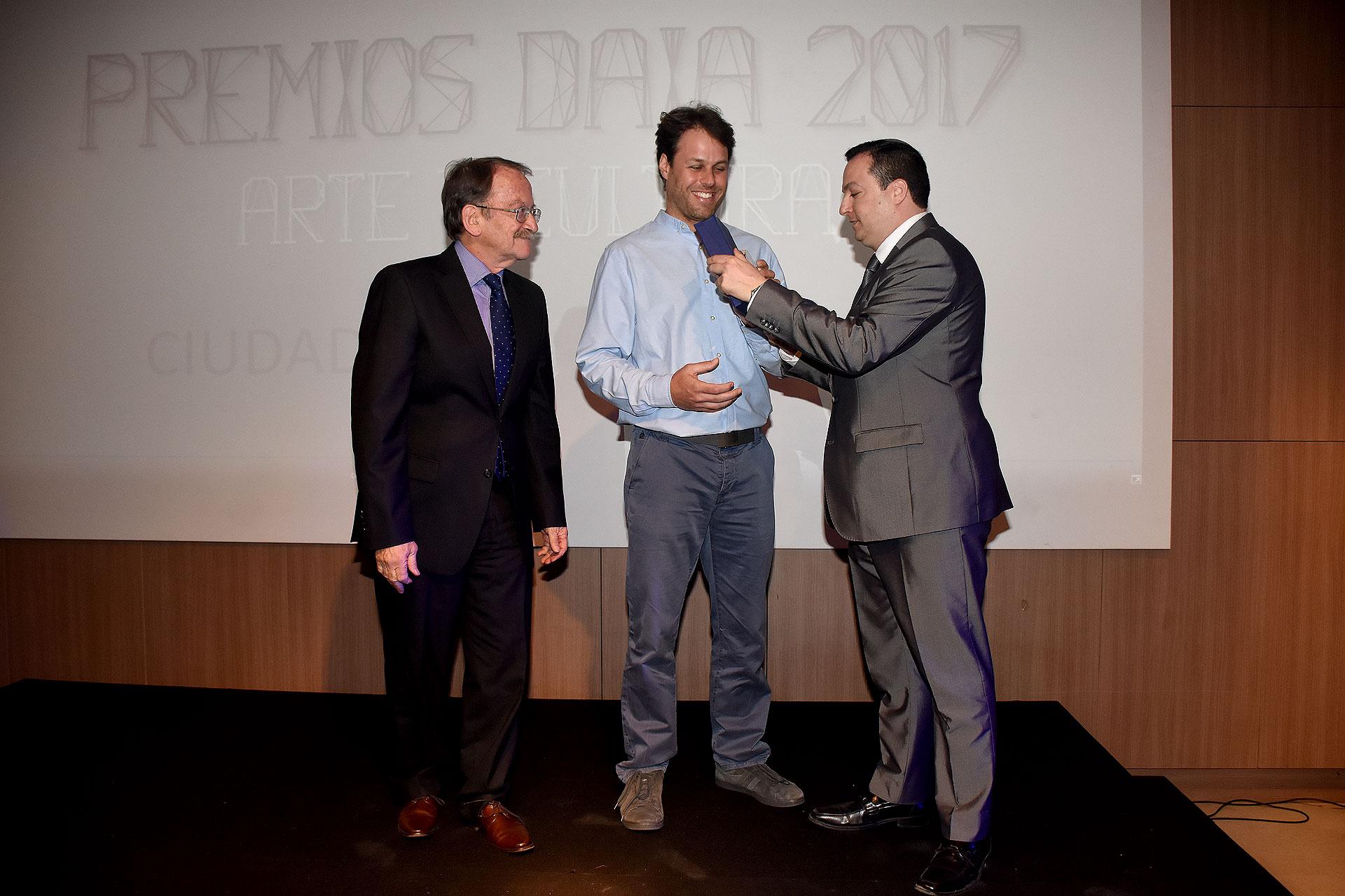 El Premio DAIA 2017 a la Promoción Artística fue para la Ciudad Cultural Konex y fue recibido por Andy Ovsejevich, su director (centro). Este premio fue instituido para distinguir a quienes asumen la misión de impulsar el desarrollo del arte, en diversos ámbitos y de las formas más diferentes